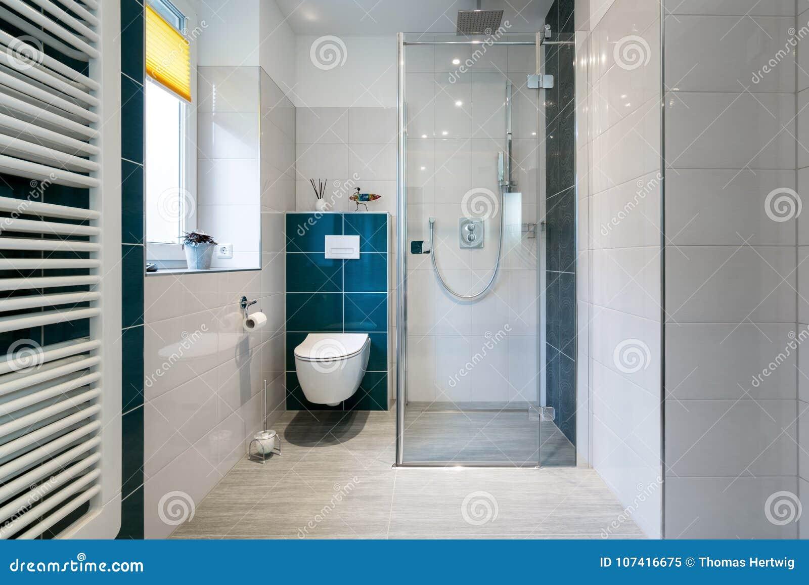 Luksusowa łazienka z spacerem w Szklanej prysznic - Horyzontalny strzał luksusowa łazienka z ampułą, w prysznic