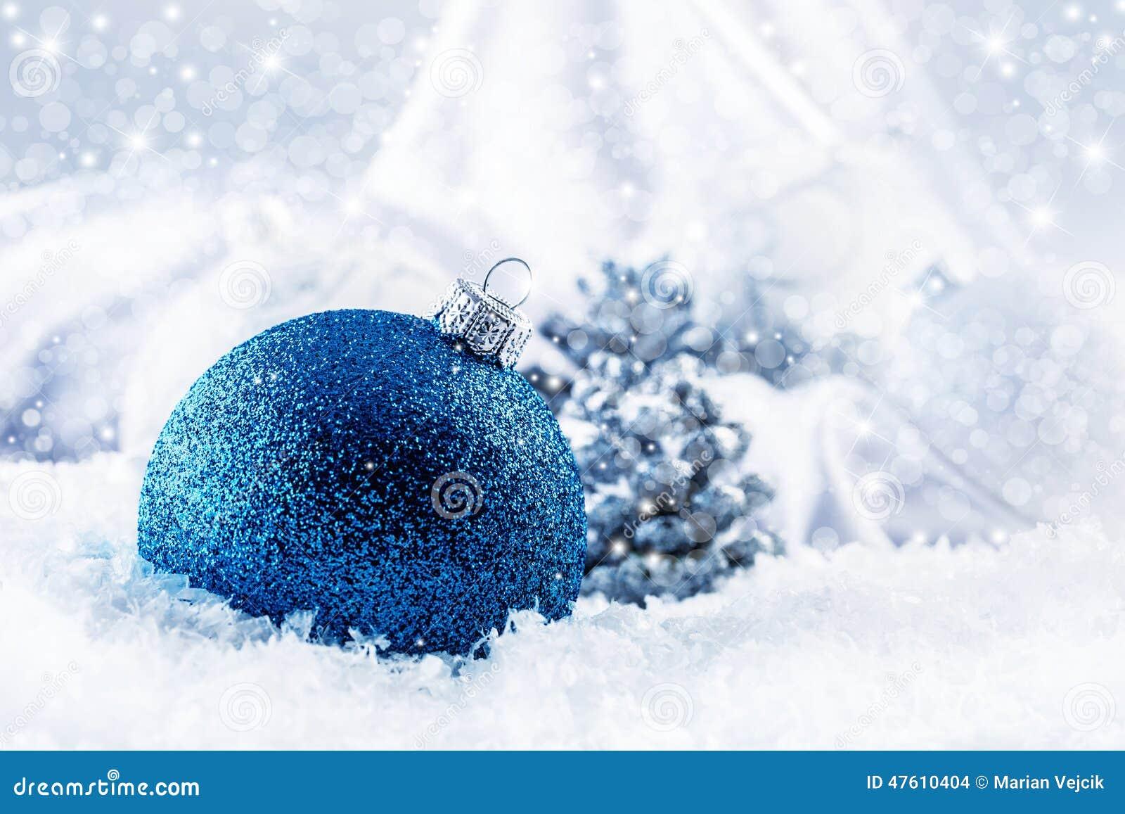 Luksusowa błękitna Bożenarodzeniowa piłka z ornamentami w Bożenarodzeniowym Śnieżnym krajobrazie
