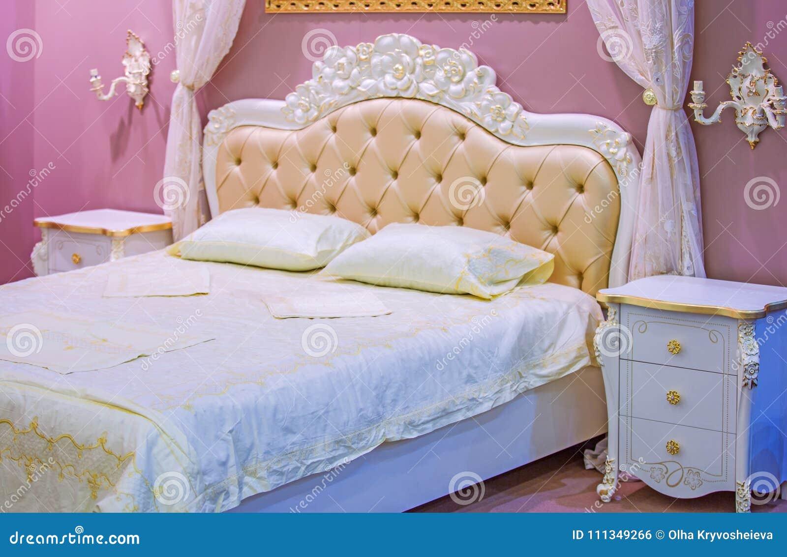 Luksusowa Biała I Różowa Sypialnia W Antyka Stylu Z Bogatym