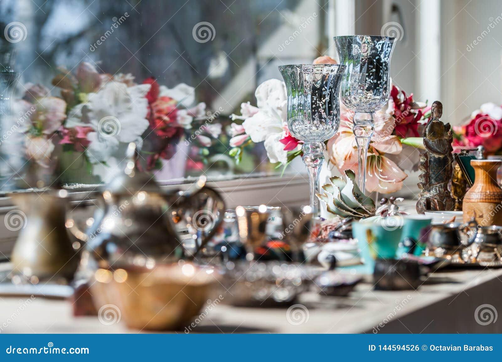 Luksusowa dekoracja ustawiająca na nadokiennej ławce