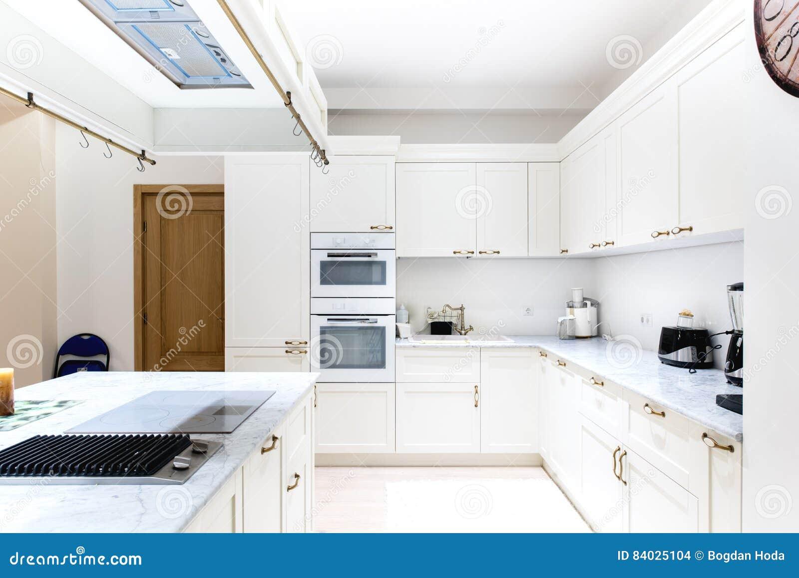 Luksusowa nowożytna kuchnia Biali gabinety drewniany meble w domowej dekoraci Urządzenia, zlew i kuchenna wyspa,