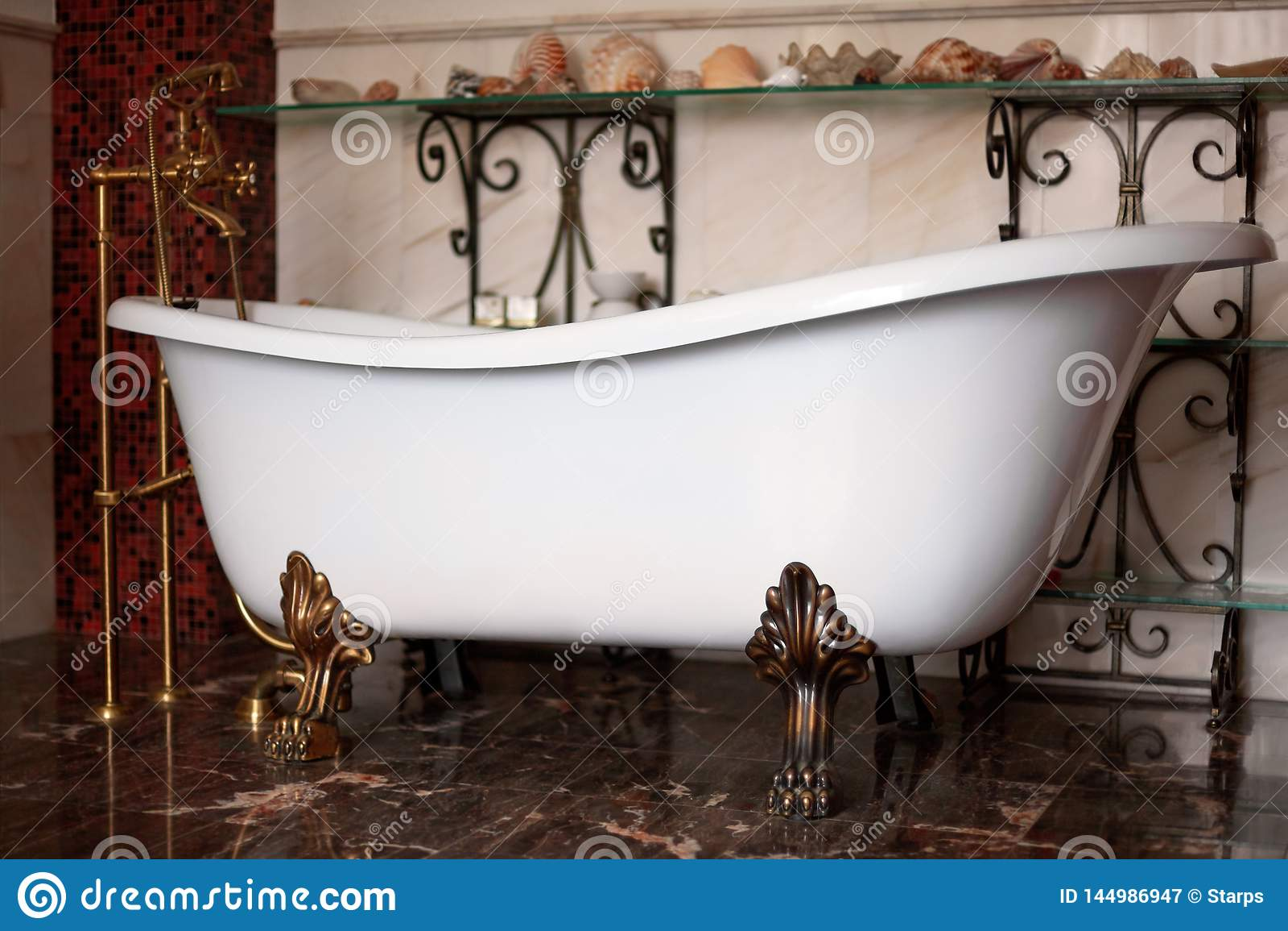 Luksusowego rocznika brązu clawfoot wolno stojący bathtube w wyśmienitym wnętrzu Zmroku koloru ciepły tło z skorupami na p
