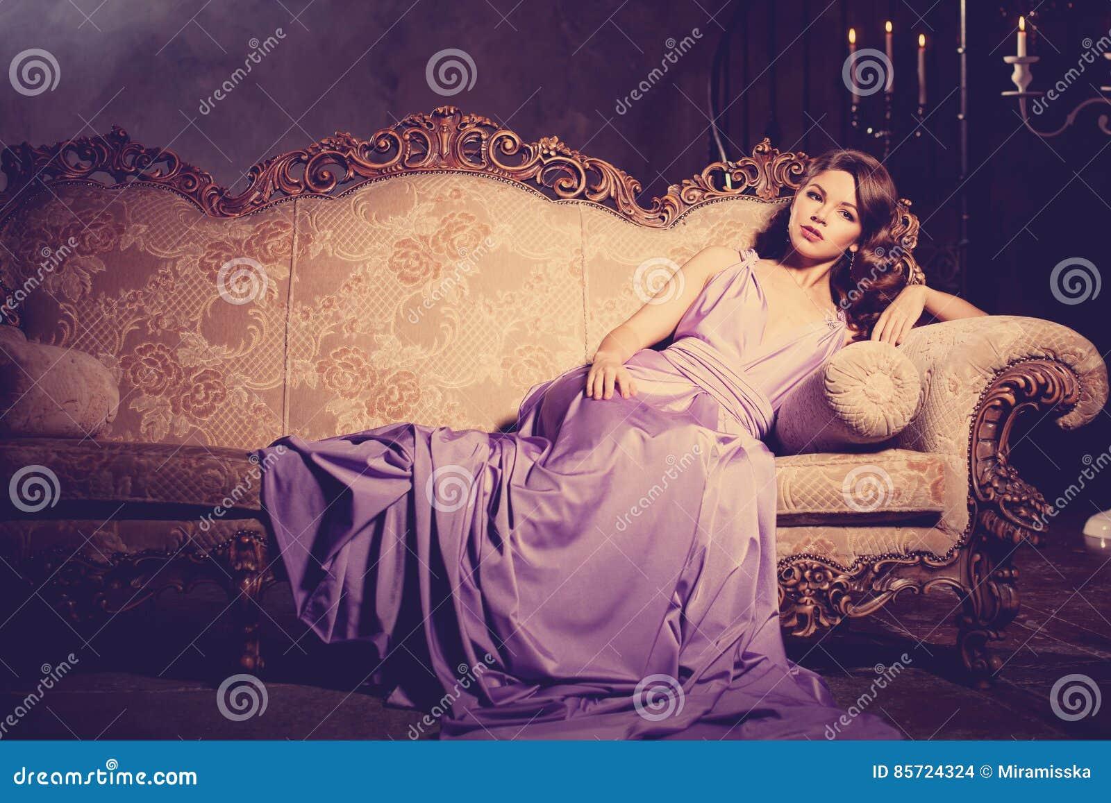 Luksusowej mody elegancka kobieta w bogatym wnętrzu Piękno dziewczyna w