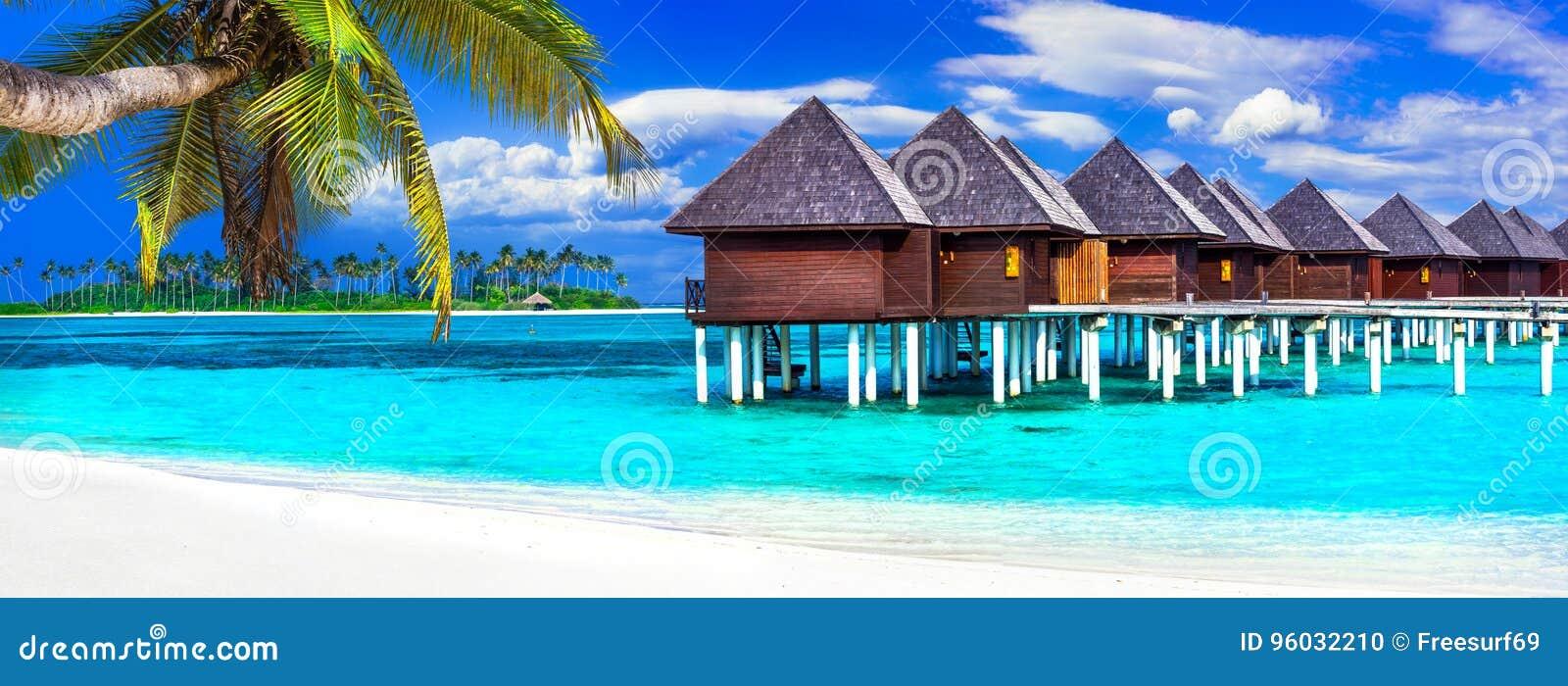 Luksusowi Maldives być na wakacjach - panorama z wodnymi bungalowami