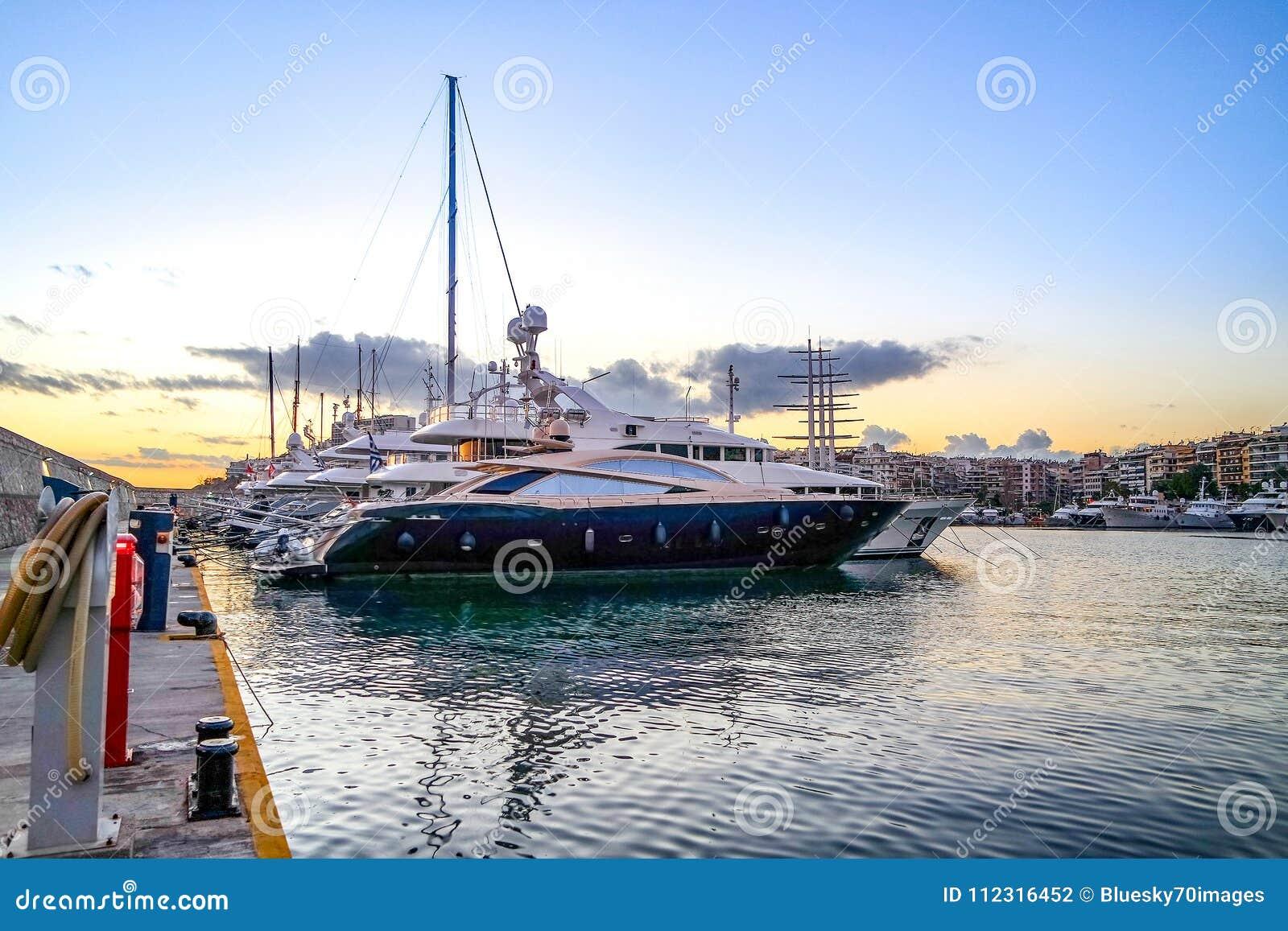 Luksusowi motorboats i jachty przy dokiem Marina Zeas, Piraeus,