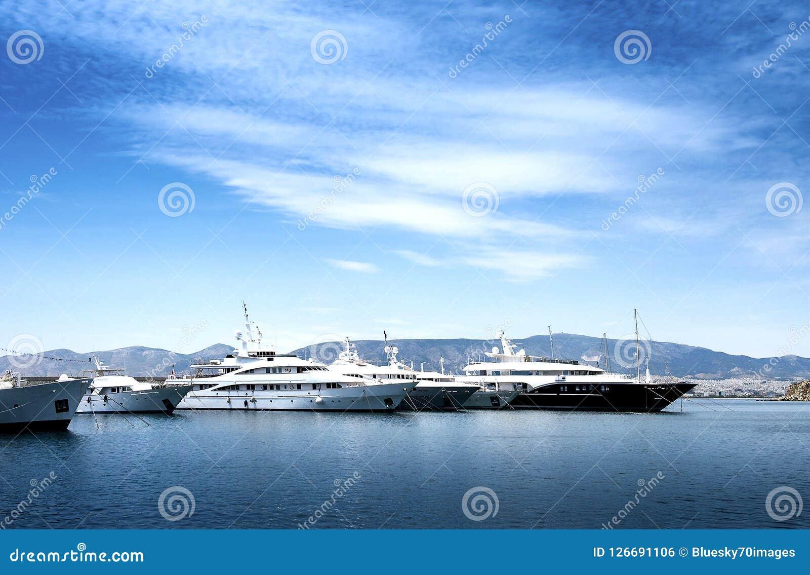 Luksusowi motorboats i jachty przy dokiem Marina Zeas, Piraeus, Gr