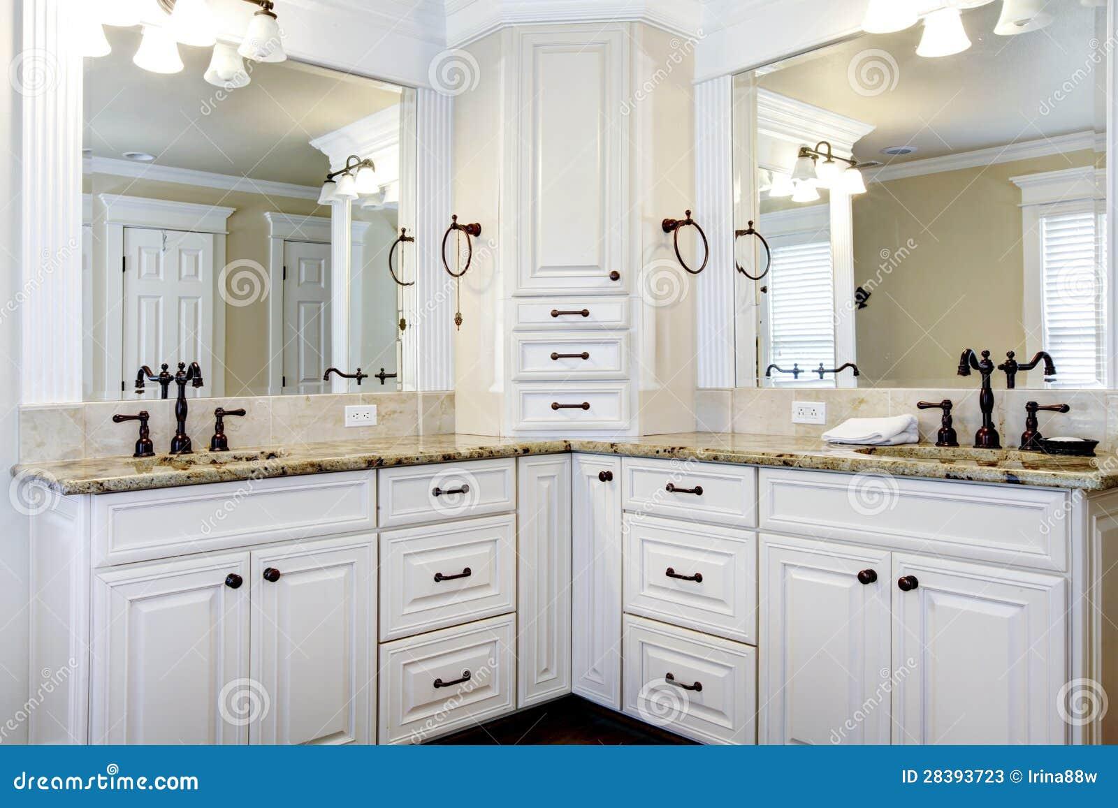 Luksusowi wielcy bielu mistrza łazienki gabinety z dwoistymi zlew.