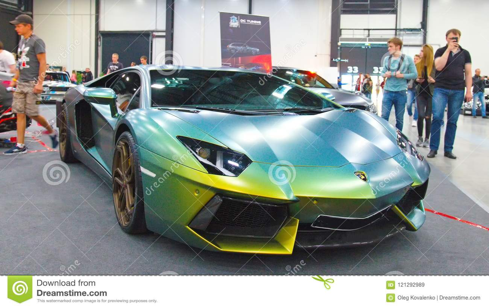 Luksusowy Włoski supercar przy Królewskim Auto przedstawieniem