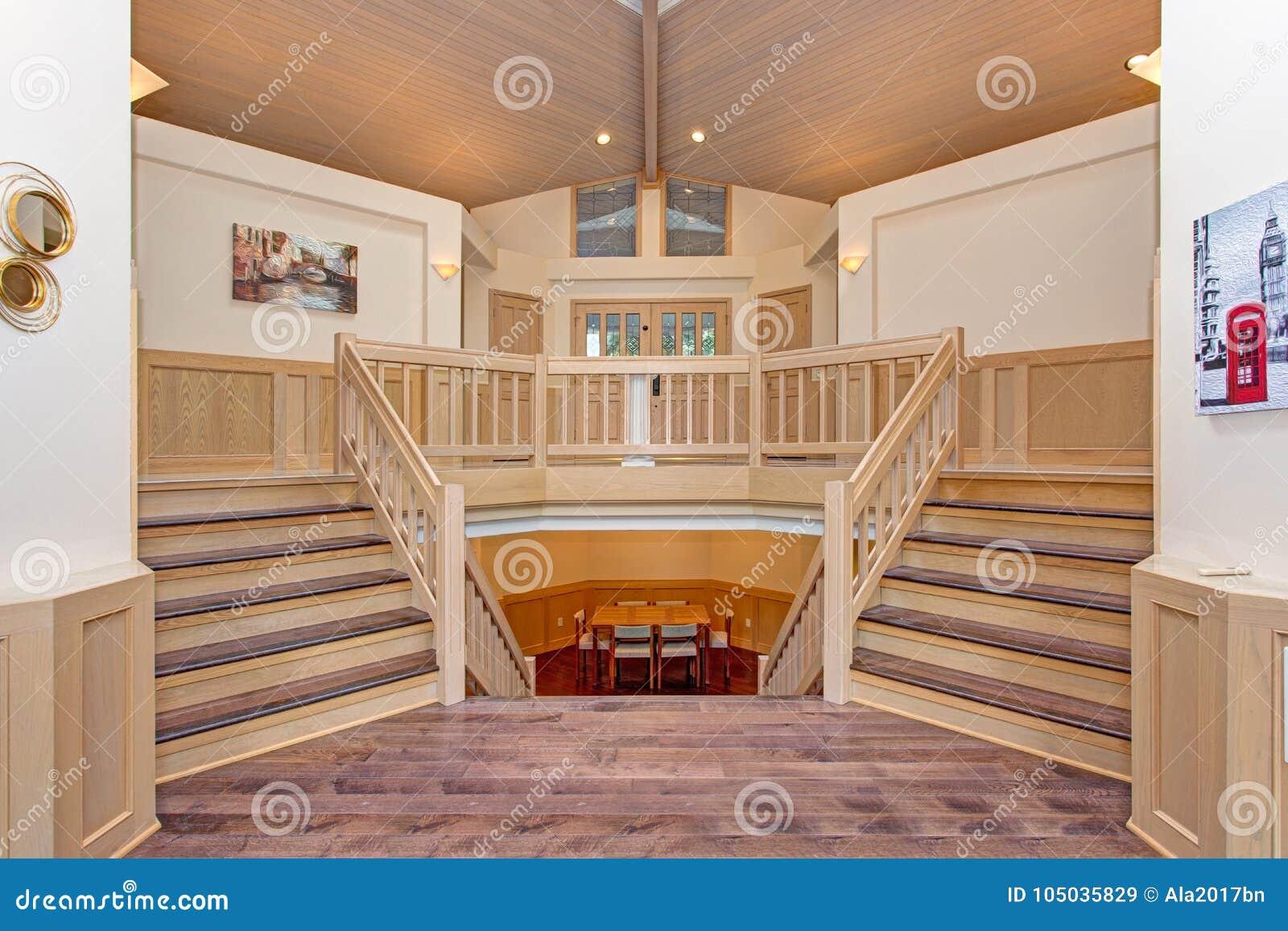 Luksusu domowy wnętrze z kopia popierającym kogoś schody