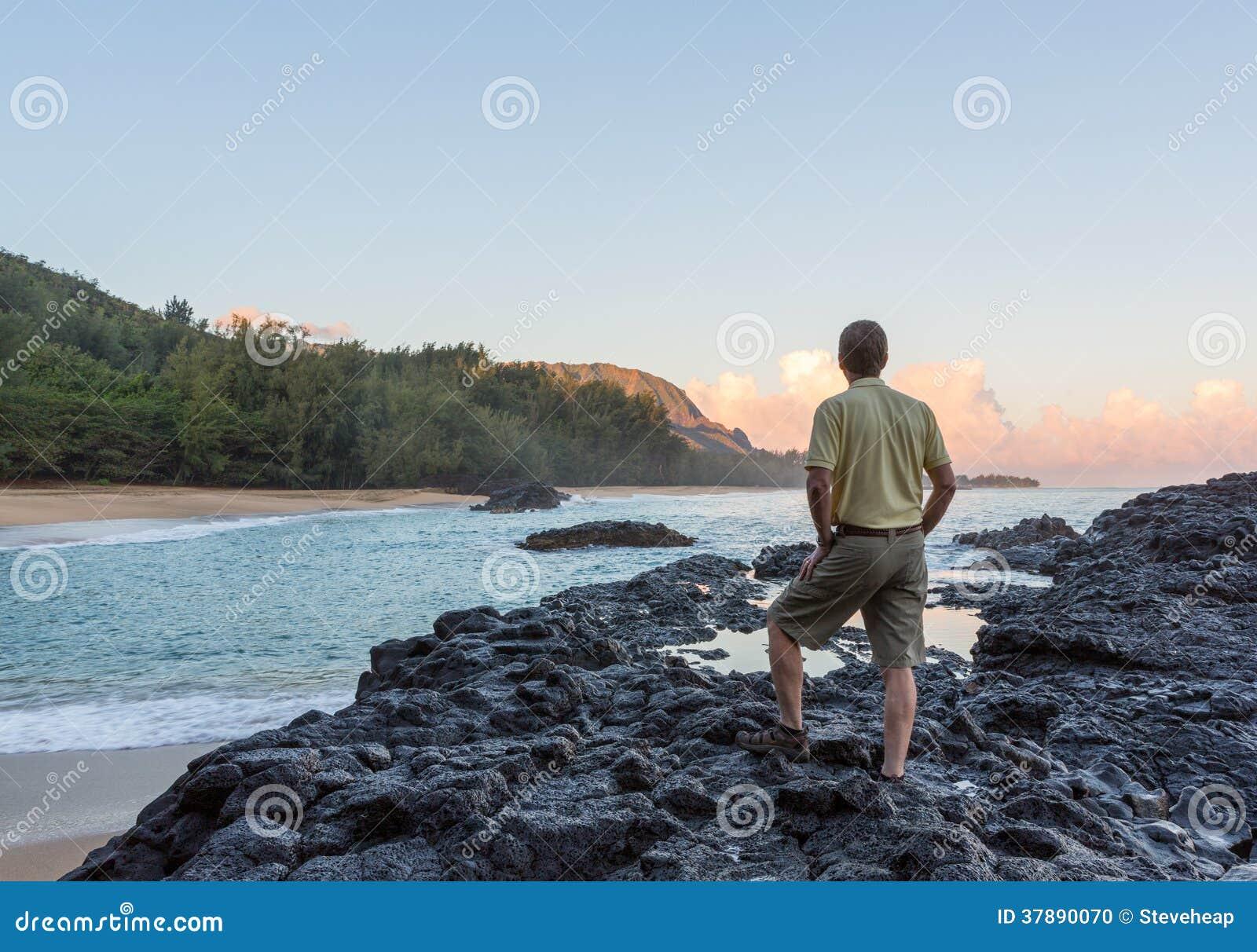 Lumahaistrand Kauai bij dageraad met de mens