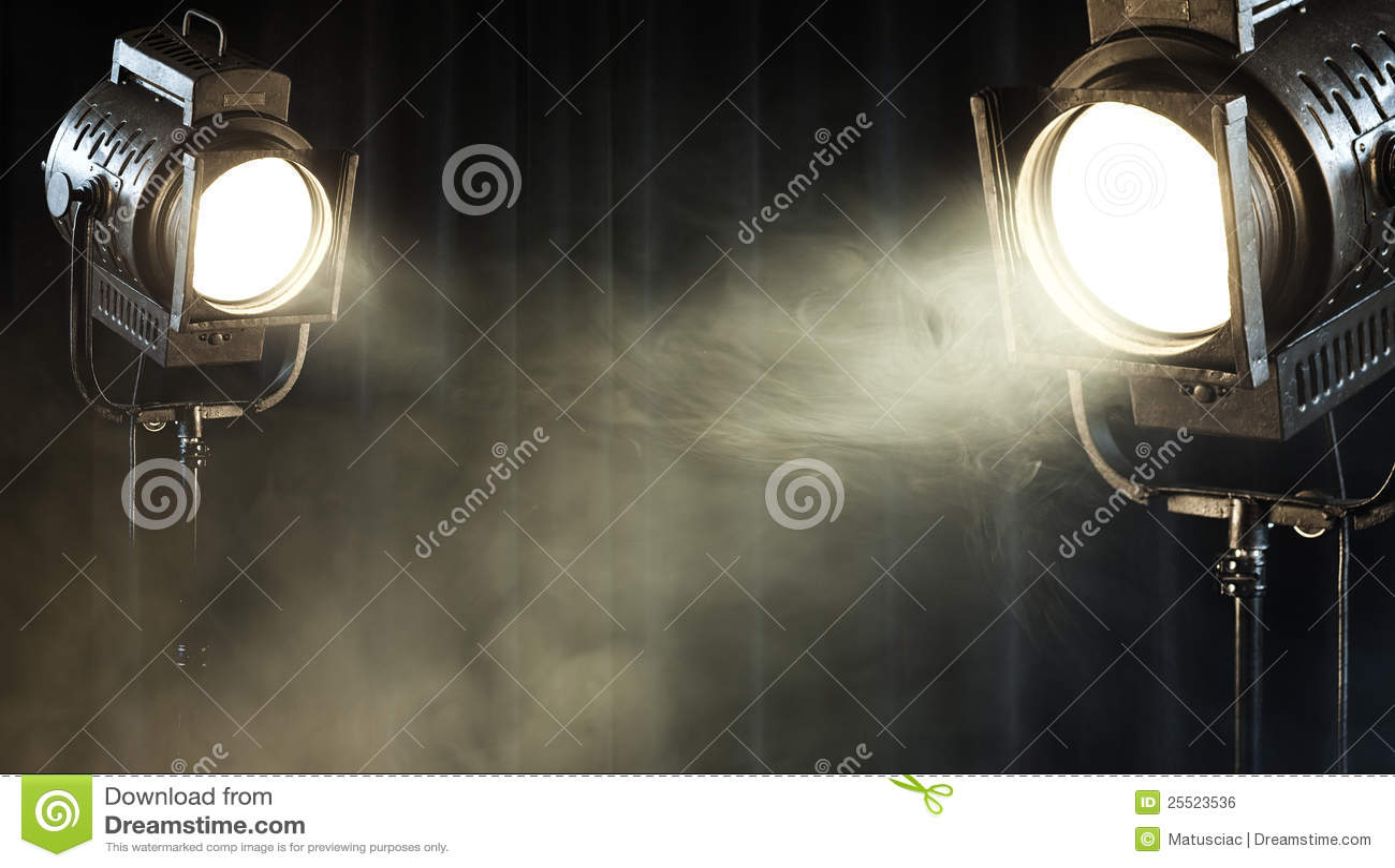 Lumière d endroit de théâtre de cru sur le rideau noir