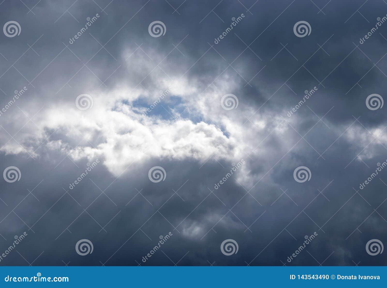 Lumière dans les nuages de tempête foncés et dramatiques