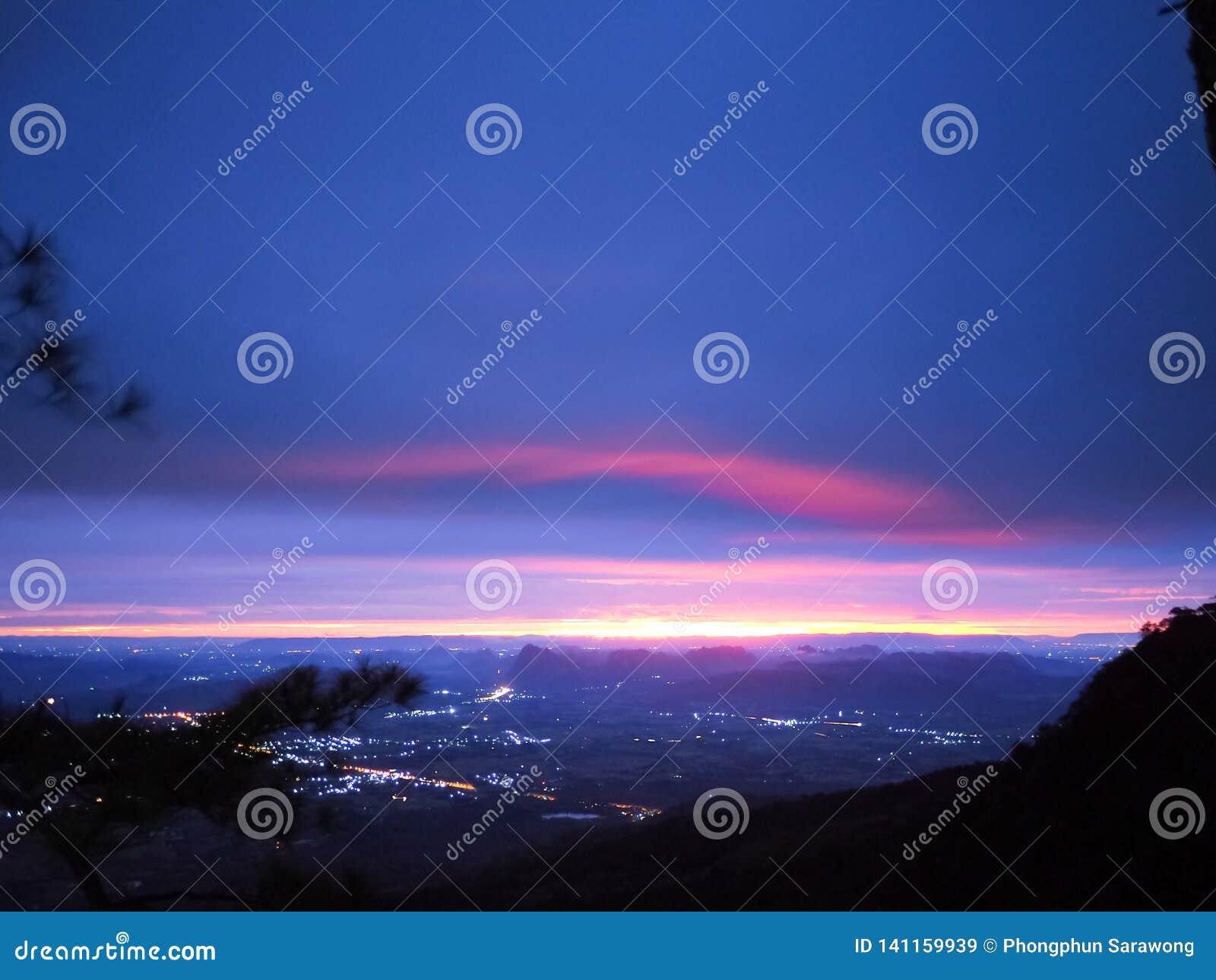 Lumière de matin et ciel coloré au-dessus de montagne