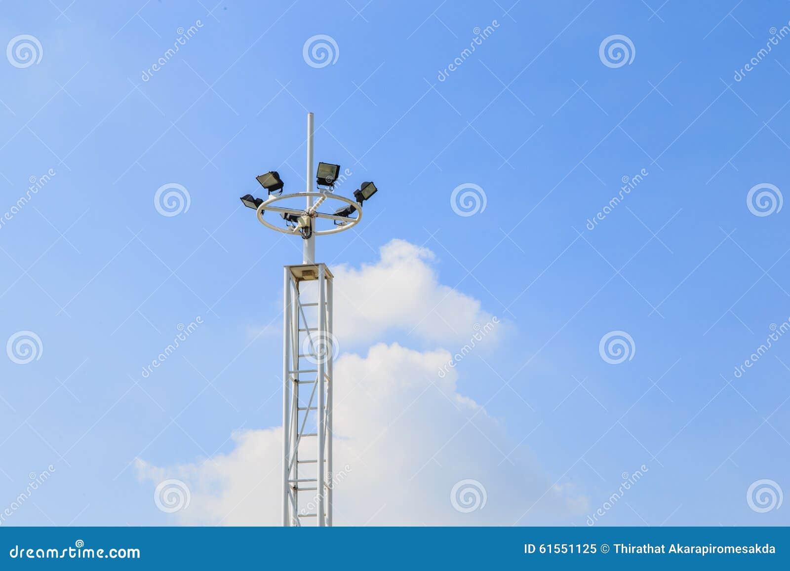 Lumière de stade d isolement sur un fond de ciel bleu