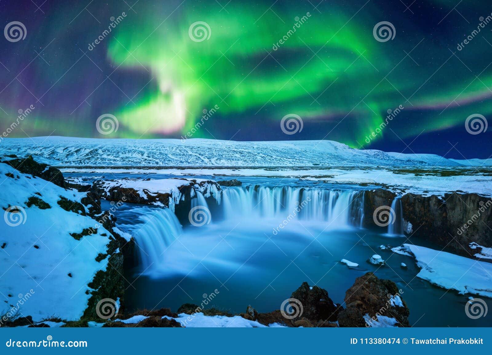 Lumière du nord, aurora borealis à la cascade de Godafoss en hiver, Islande