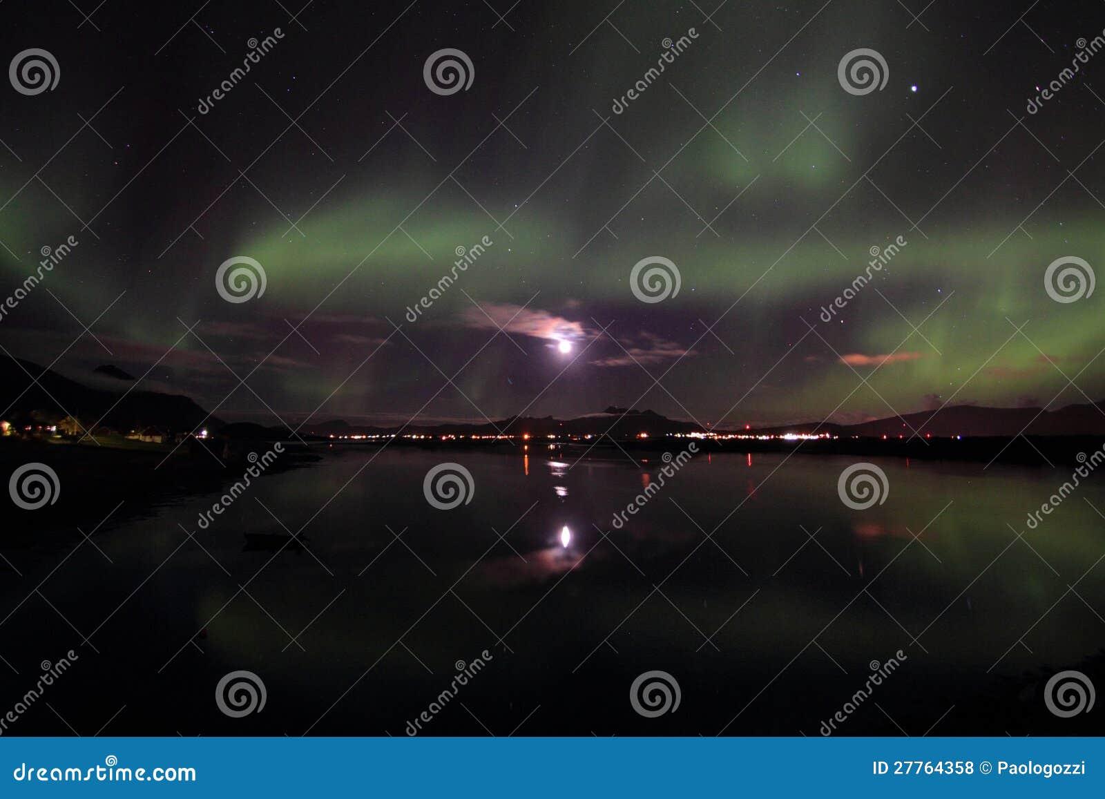 Lumière du nord fulminant sur le fjord