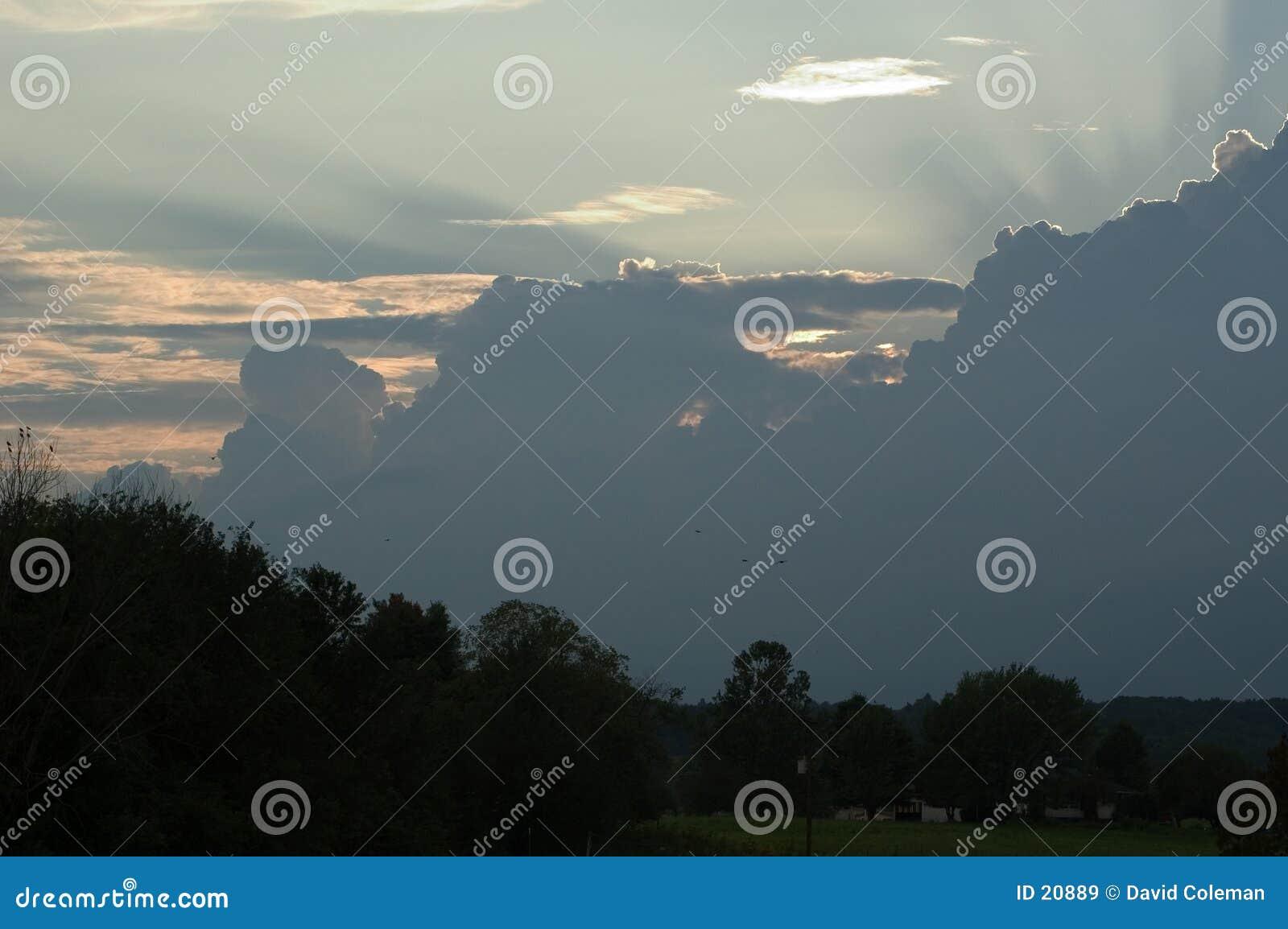 Lumière du soleil coulant au-dessus des nuages de tempête