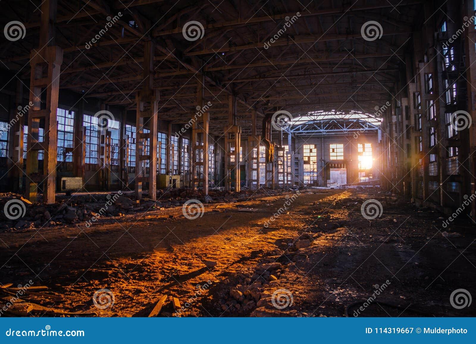 Lumière du soleil de coucher du soleil dans le grand bâtiment industriel abandonné de l usine d excavatrice de Voronezh