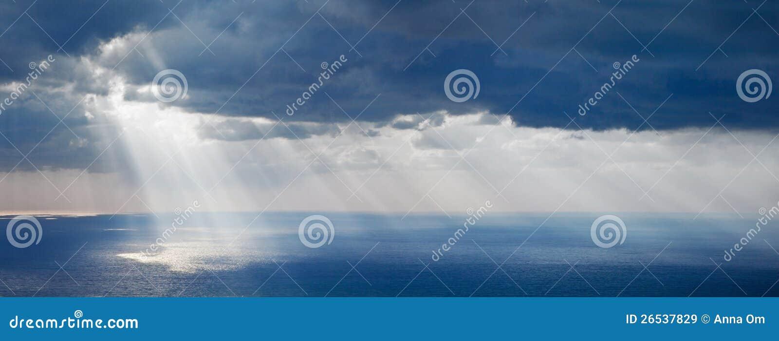 Lumière du soleil lumineuse au-dessus d océan