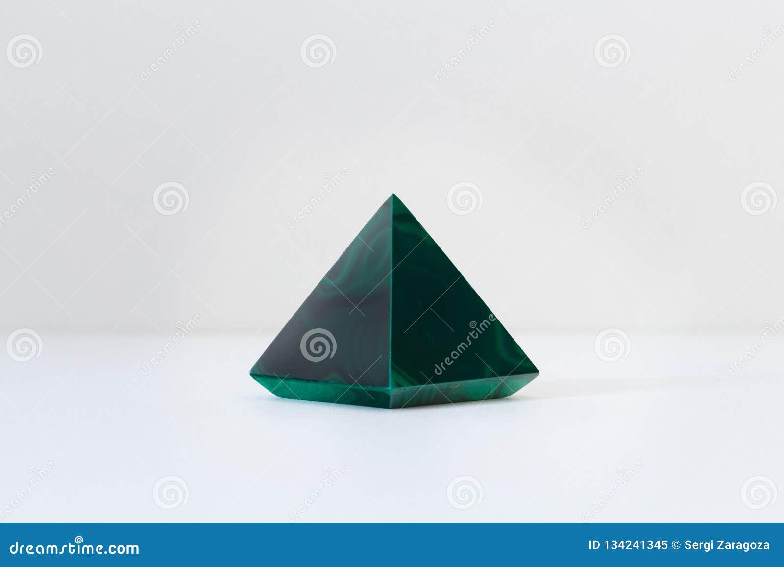Lumière moderne confortable Pierre gemme vert clair intérieure de malachite de vrai état polie avec une forme de pyramide