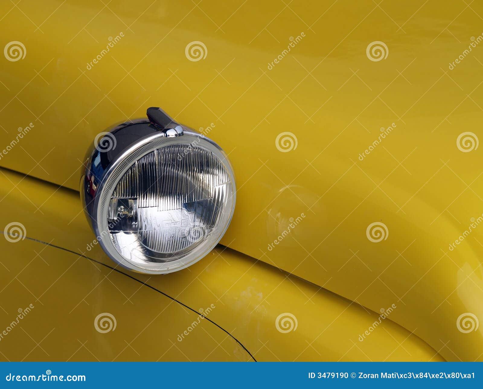 Lumière principale ronde sur le véhicule jaune