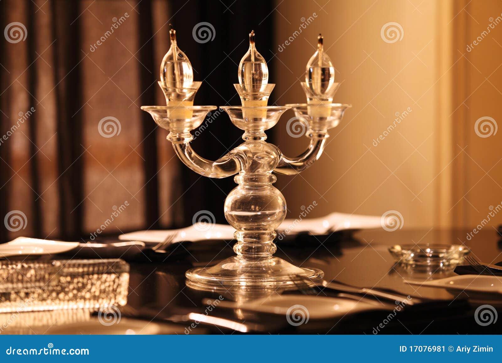 Lumières de bougie sur la table