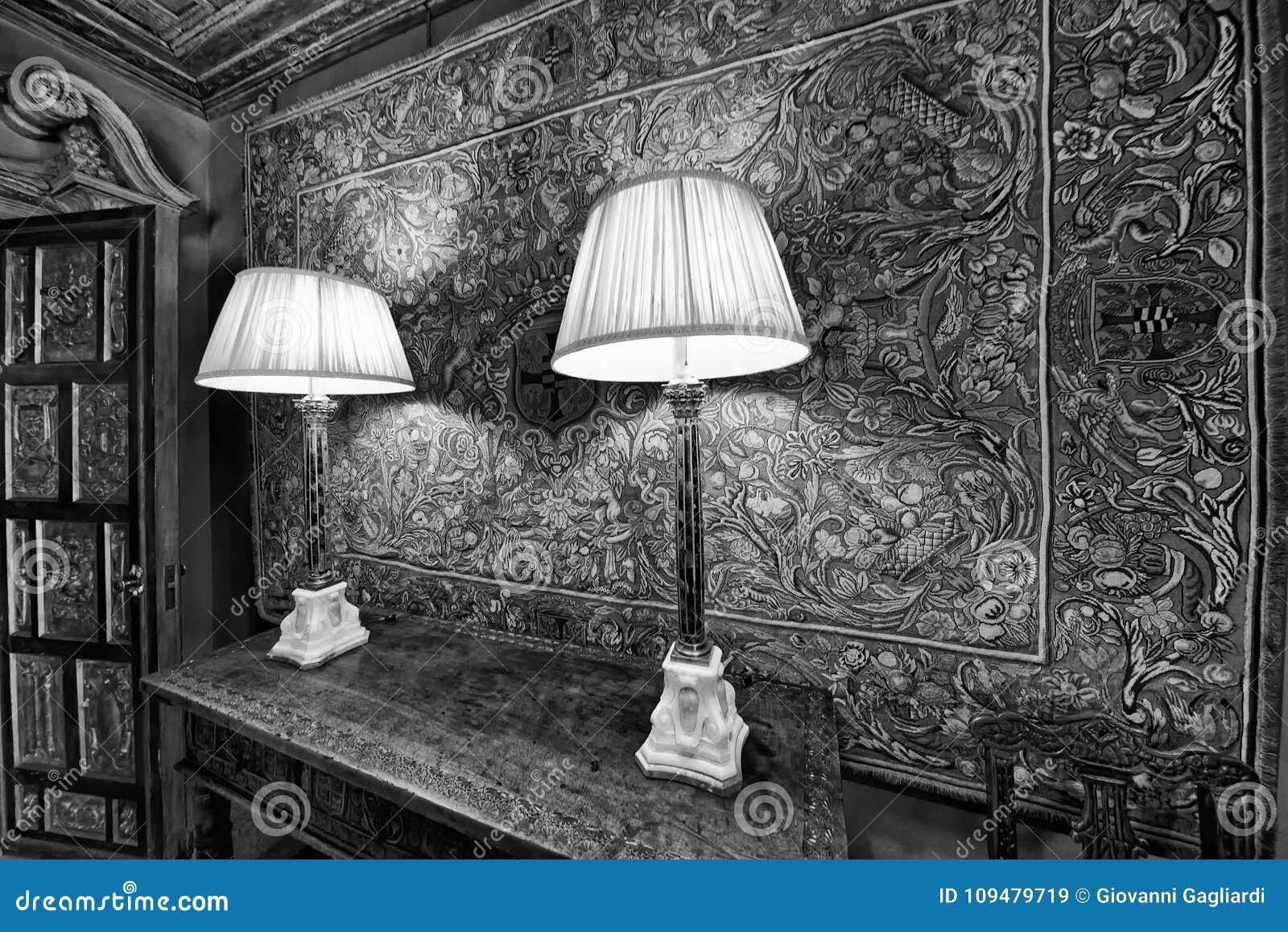 Lumières de chevet dans un beau vieux studio