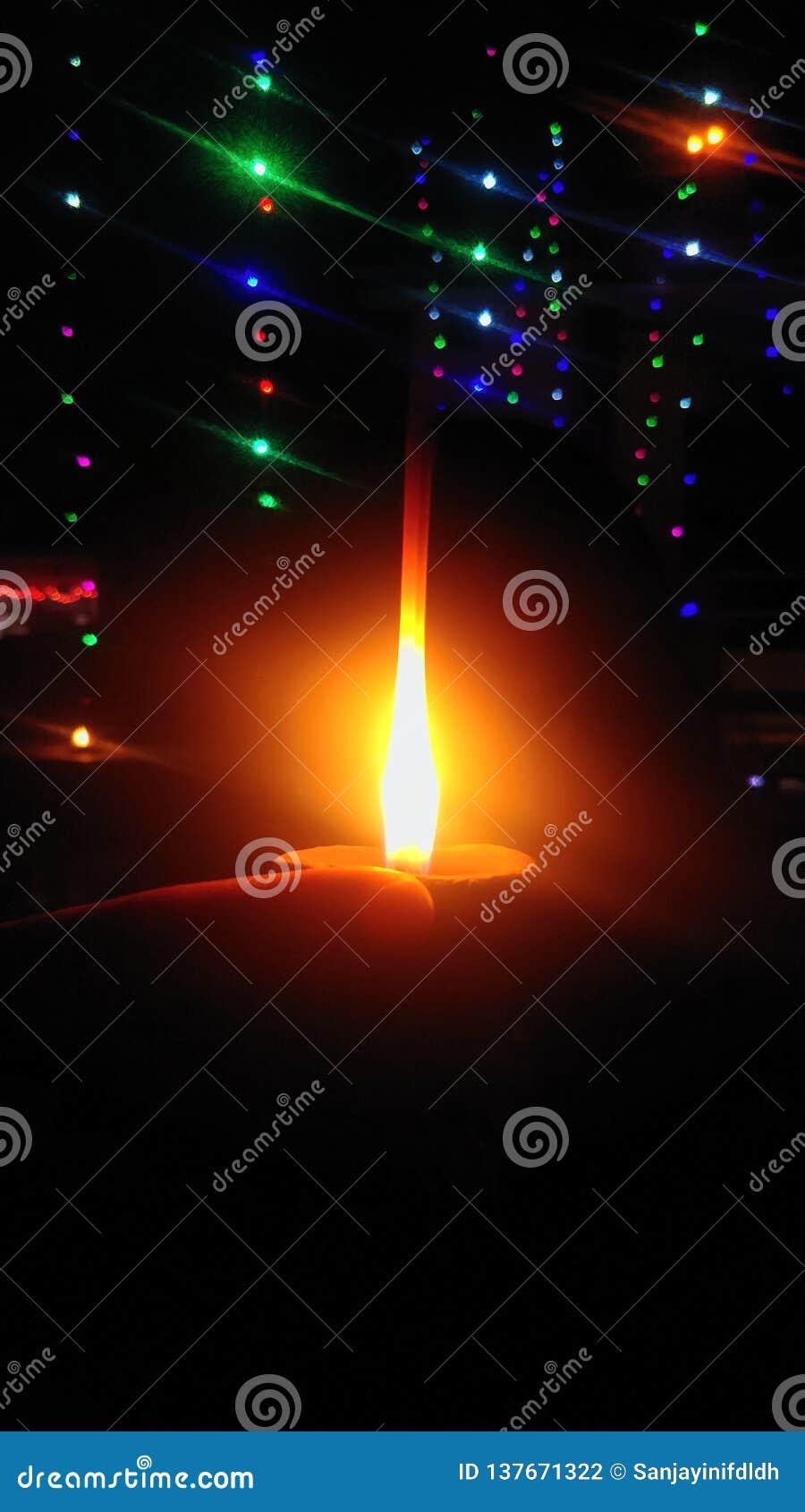 Lumières de Diwali, et diya en main Festival heureux