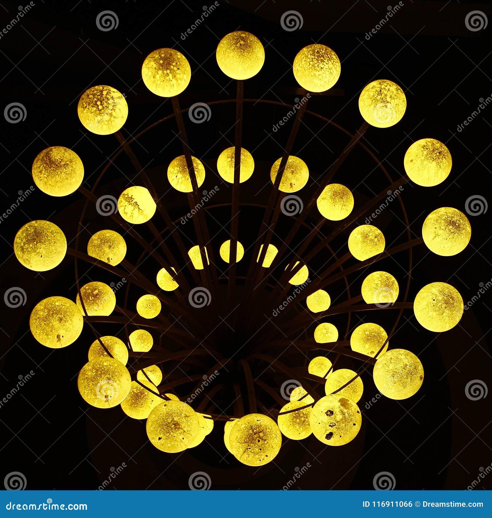 Lumières de globe rougeoyant dans l obscurité