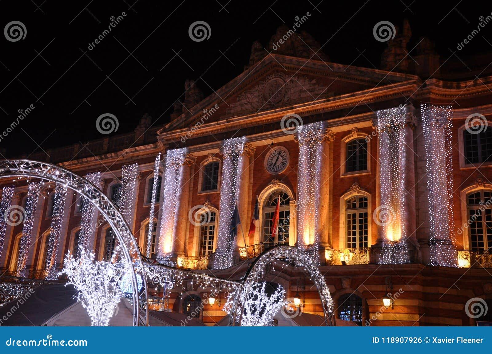 Lumières de Noël sur la façade du capitol, à Toulouse
