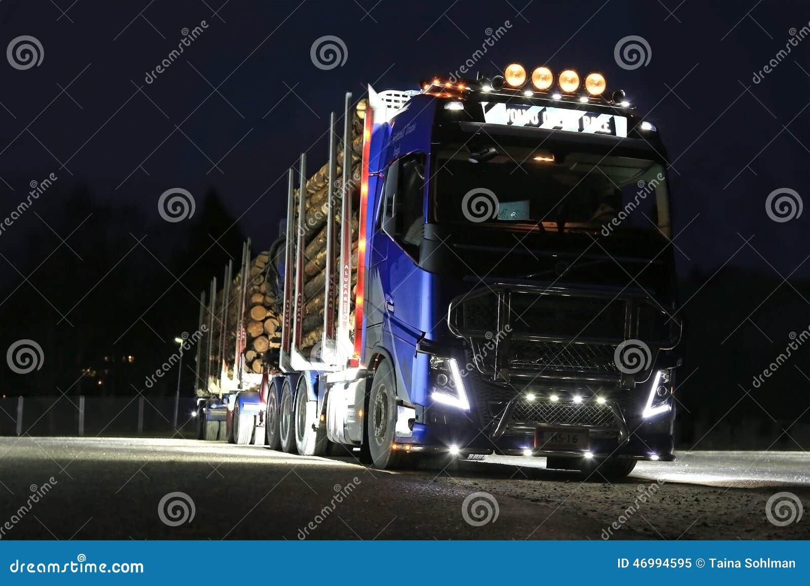 Lumières de notation de camion de Volvo FH16 dans l obscurité