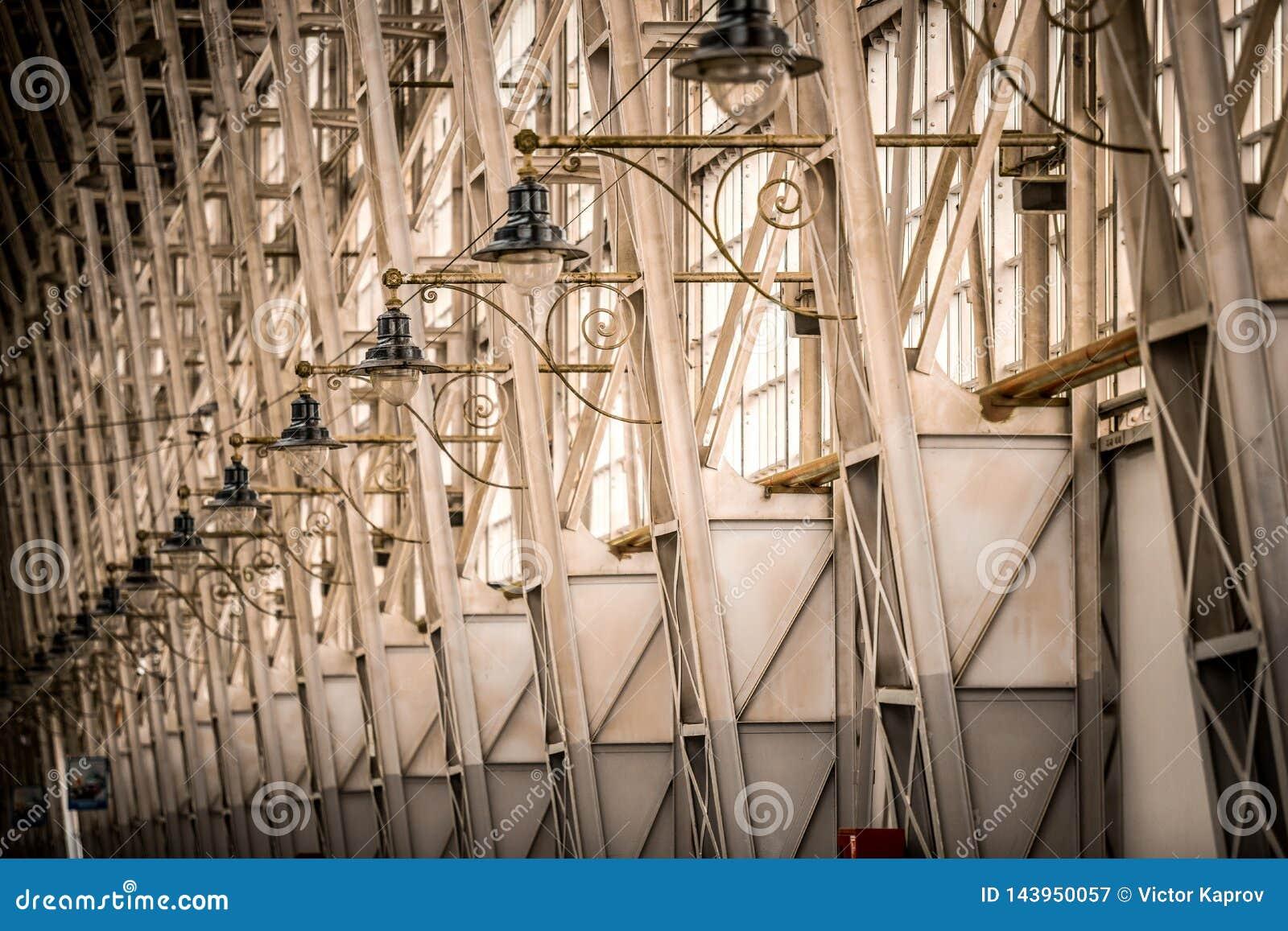 Lumières de nuit dans une rangée à la station de train