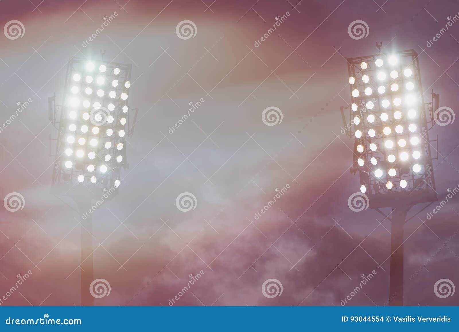 Lumières de stade contre le ciel de nuit foncé