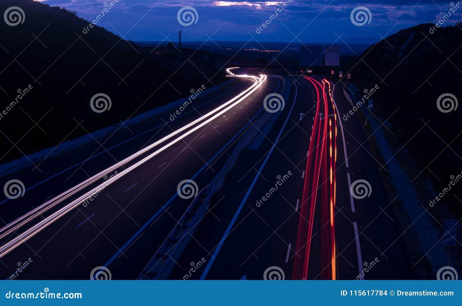 Lumières de voiture sur la route