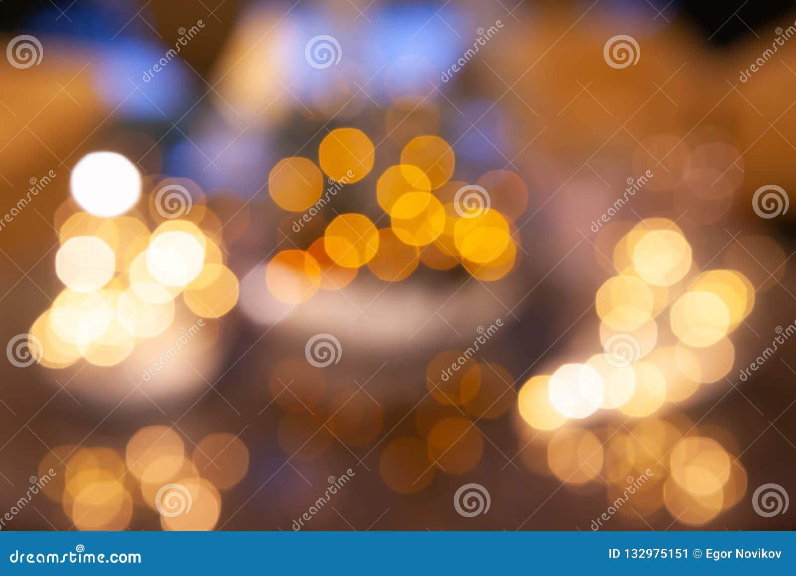 Lumières Defocused de bokeh, lumières de fête et humeur de Noël