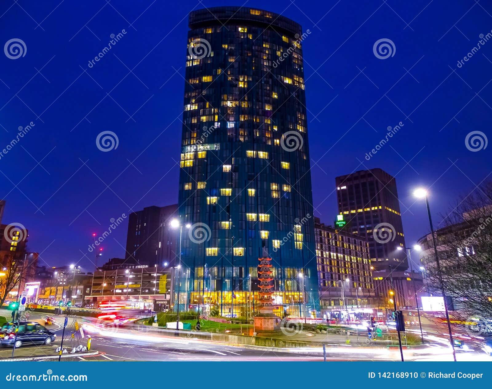 Lumières lumineuses, grande sensation de ville de Birmingham R-U une nuit d hivers