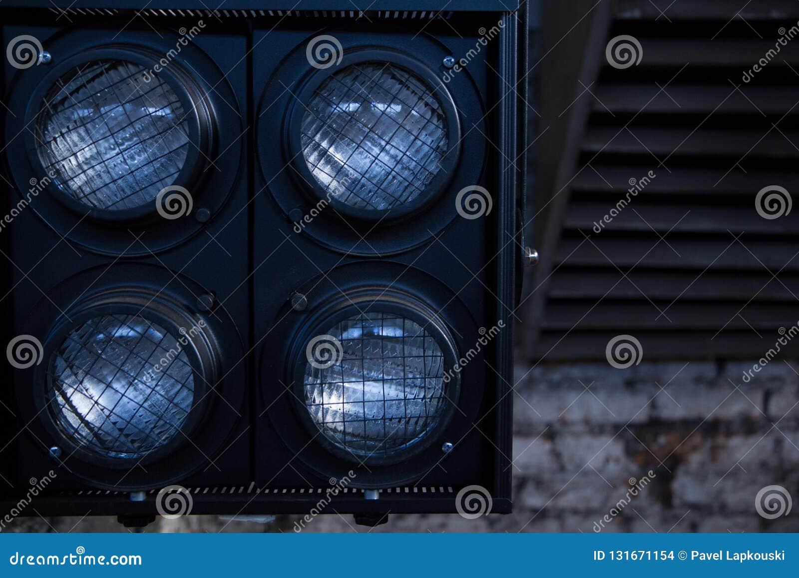 Lumières pour filmer sur le fond de la salle industrielle