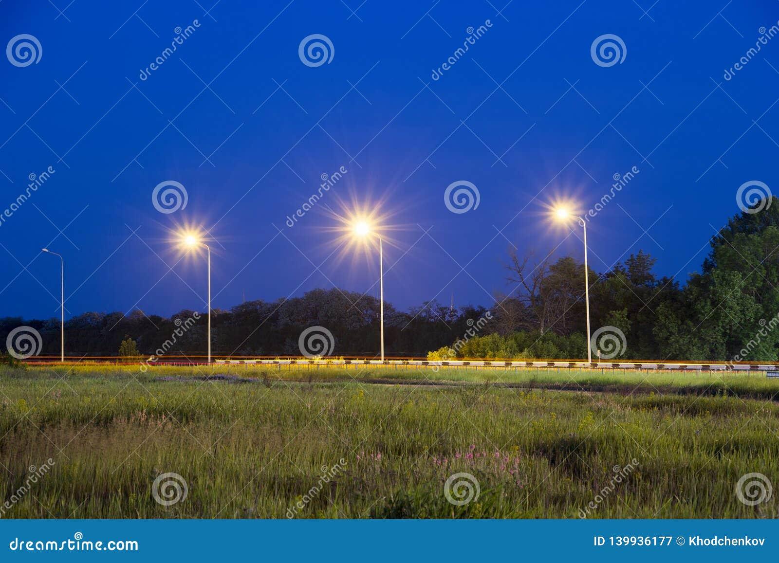 Lumières près de route Scène de nuit