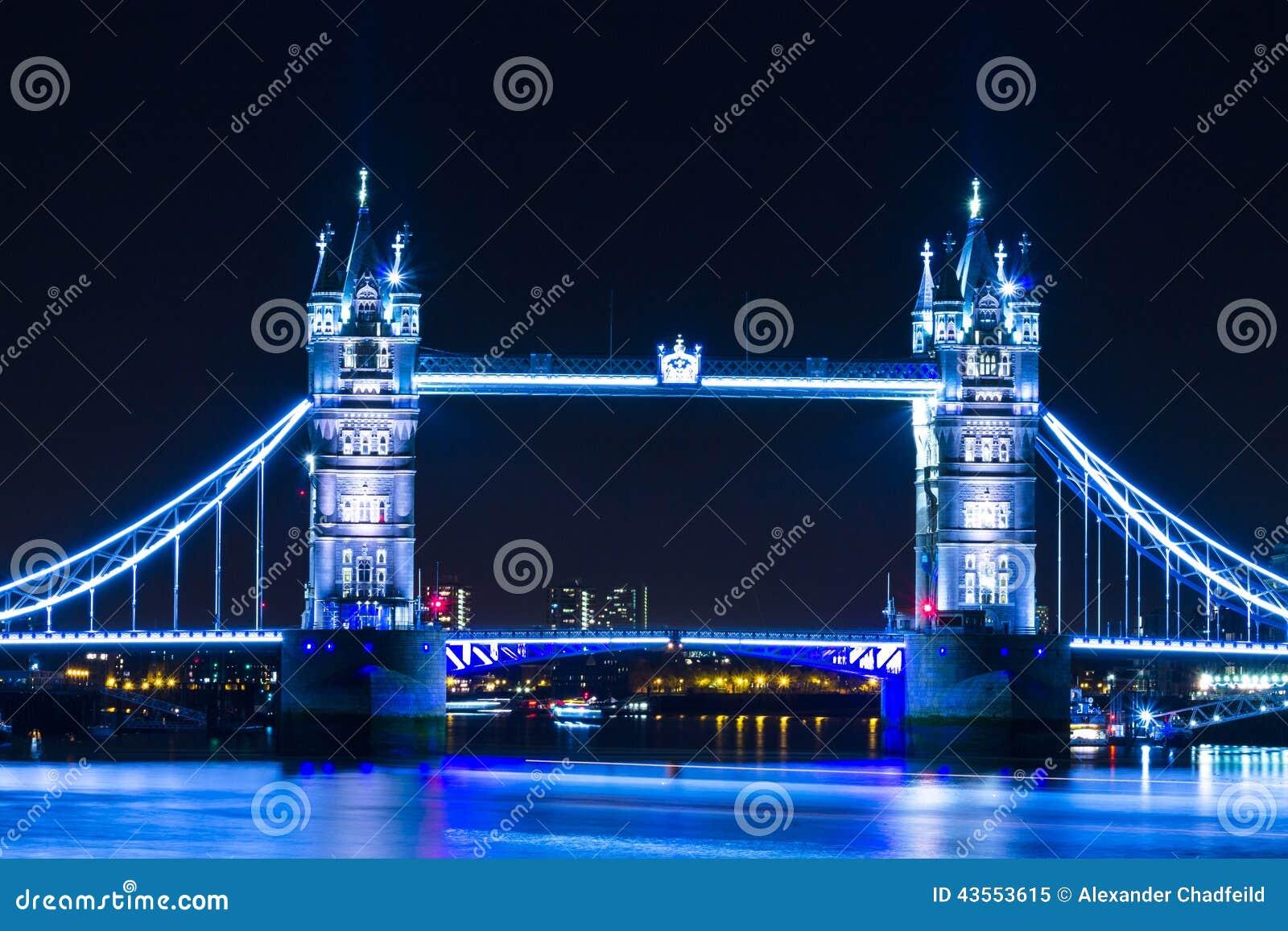 lumi re de bleu de pont de tour de londres de vue de nuit photo stock image 43553615. Black Bedroom Furniture Sets. Home Design Ideas