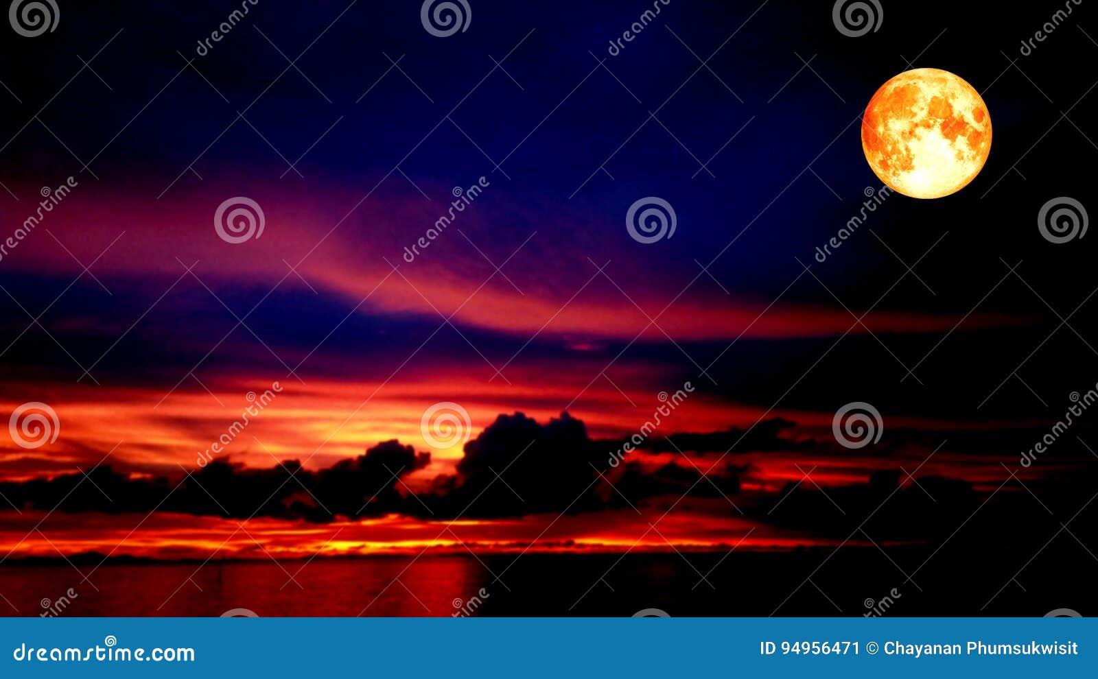 Cielo Rosso Di Notte.Luna Del Sangue E Cielo Rosso Nella Notte Immagine Stock