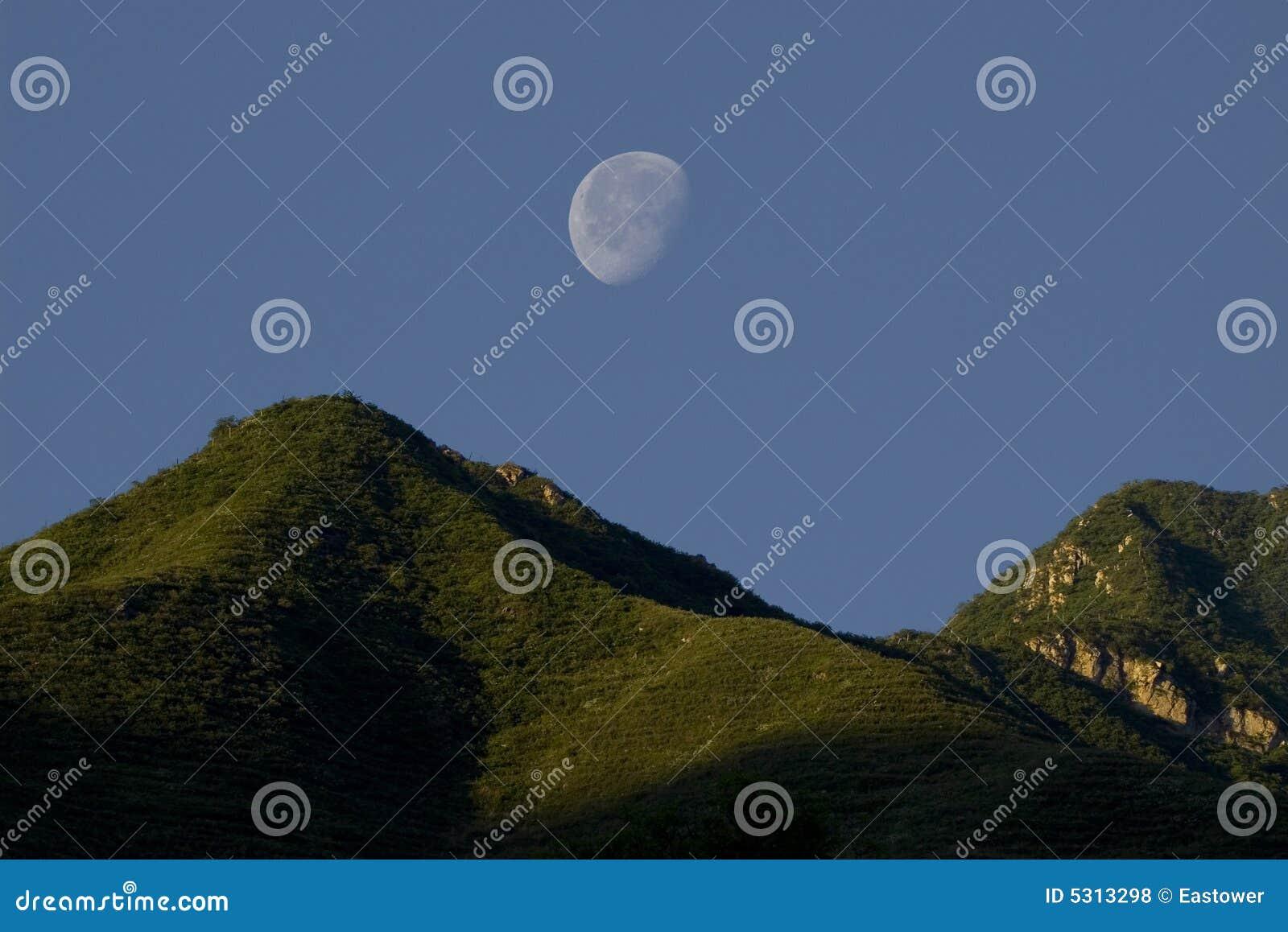 Download Luna e montagna fotografia stock. Immagine di nave, ombra - 5313298