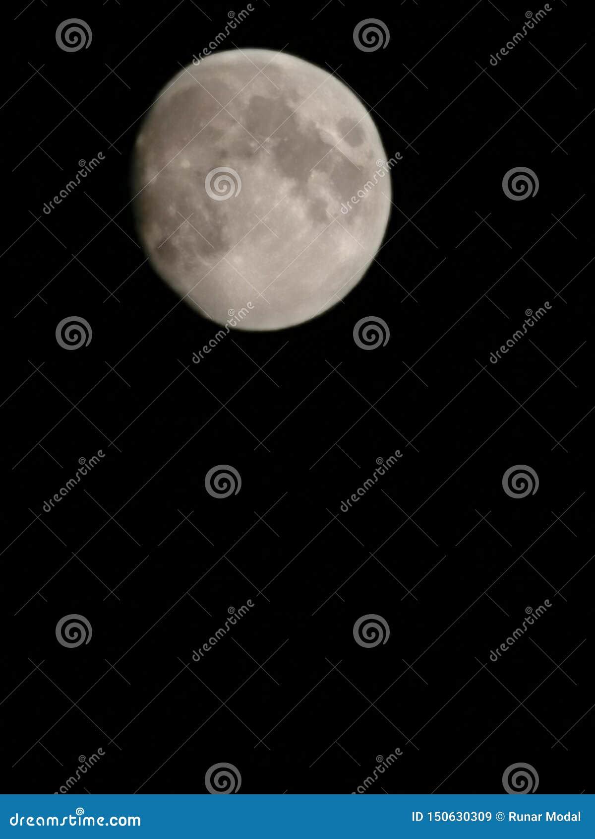Luna en la oscuridad