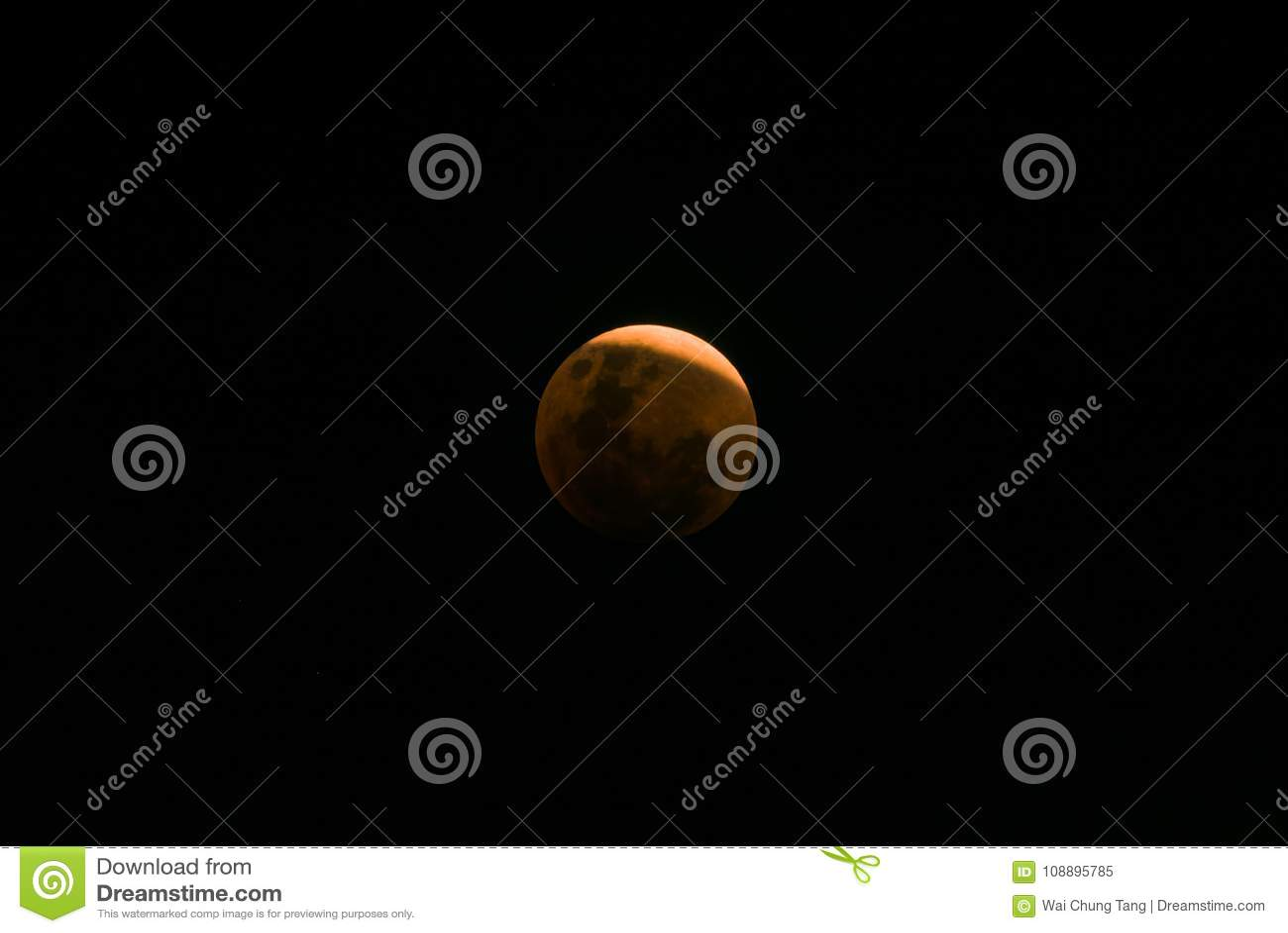 Luna estupenda de la sangre azul cerca del eclipse lunar total