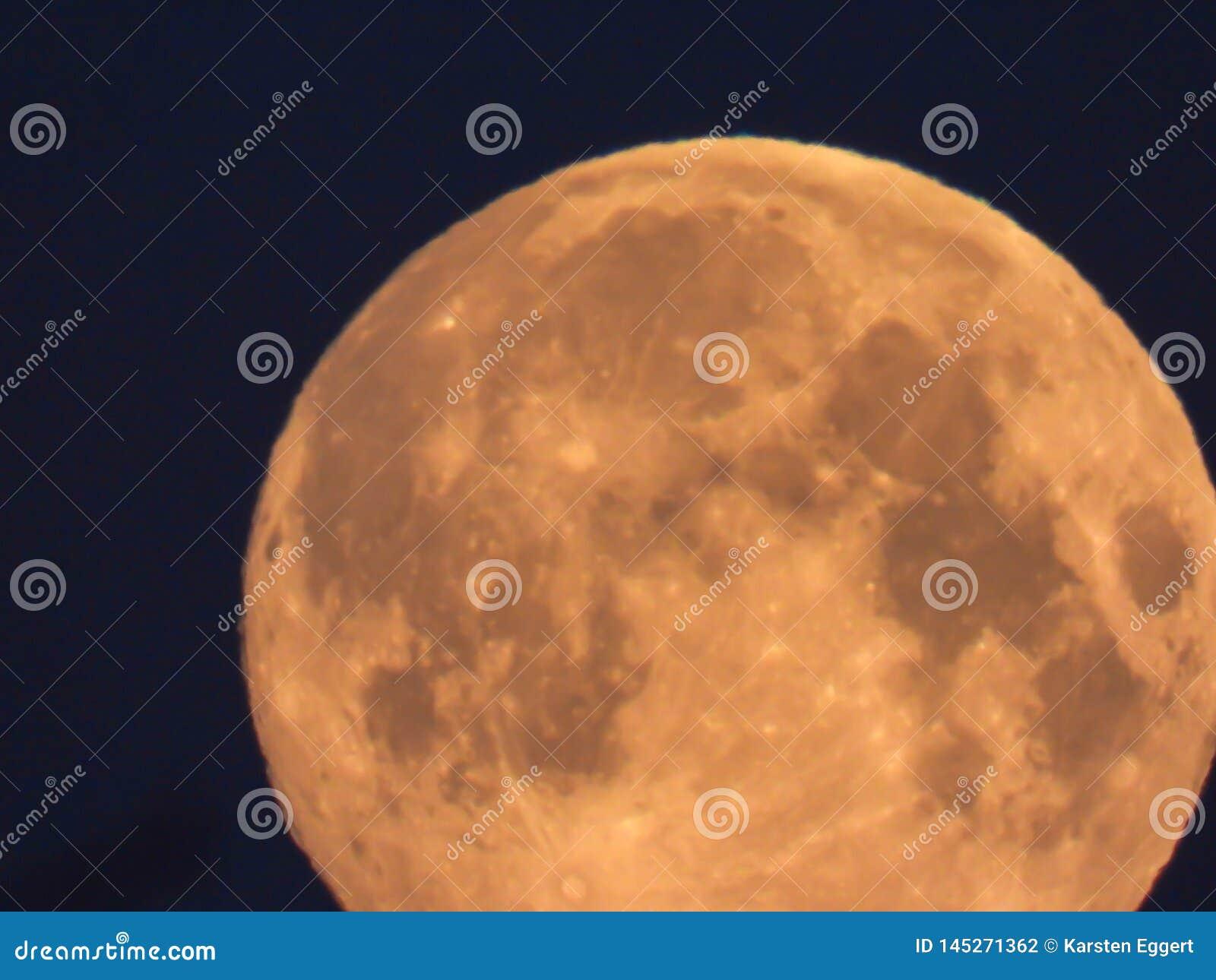 Luna Llena amarilla en el cielo de la mañana