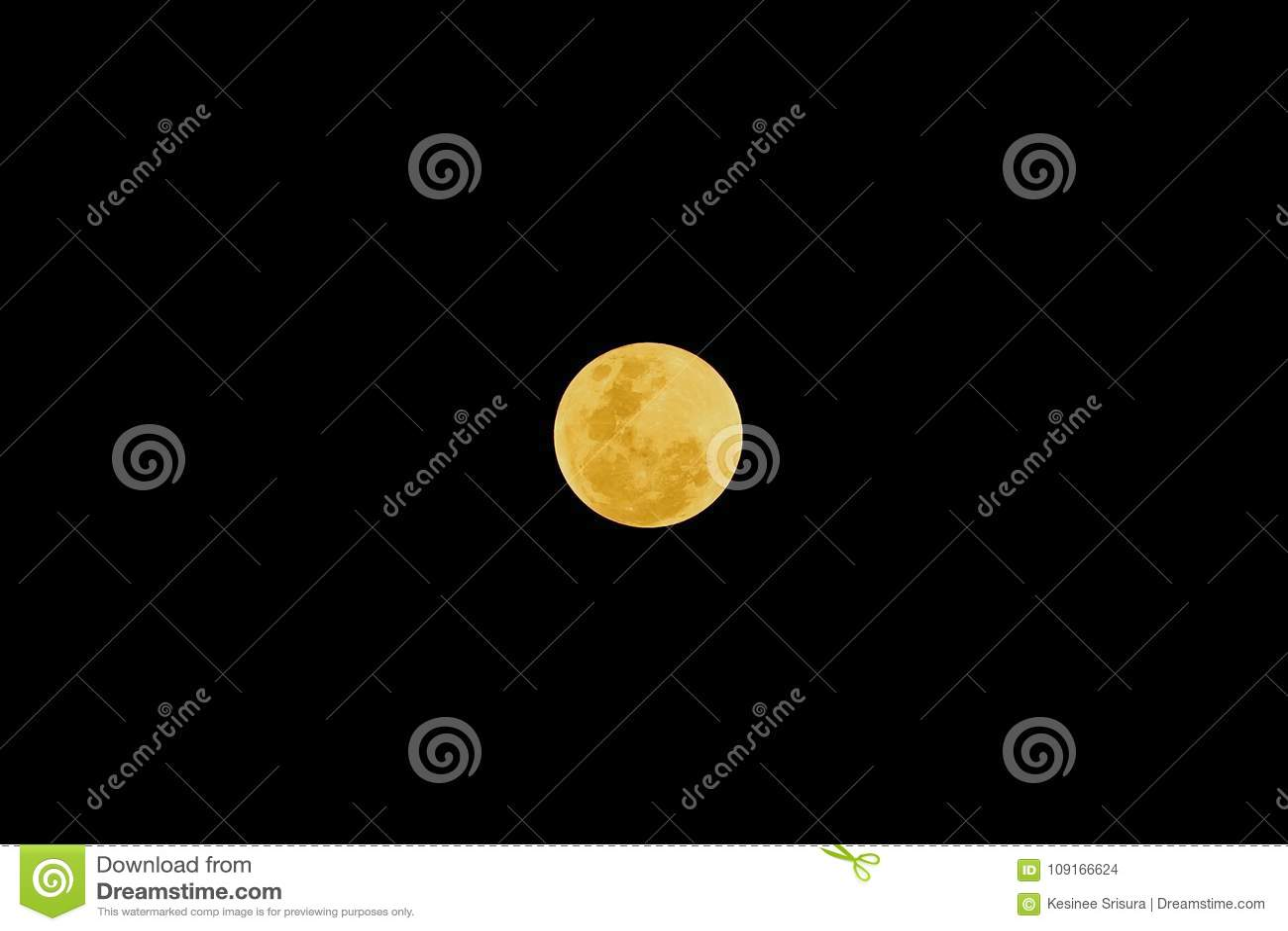Luna Llena después del eclipse lunar en el fondo oscuro de la noche
