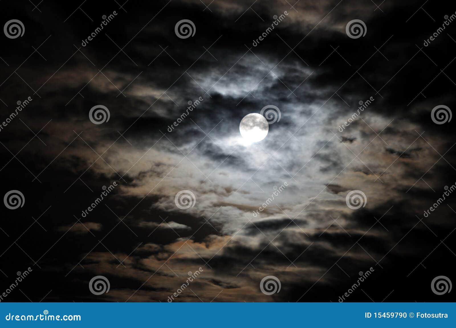 Luna Llena y nubes blancas en el cielo nocturno negro