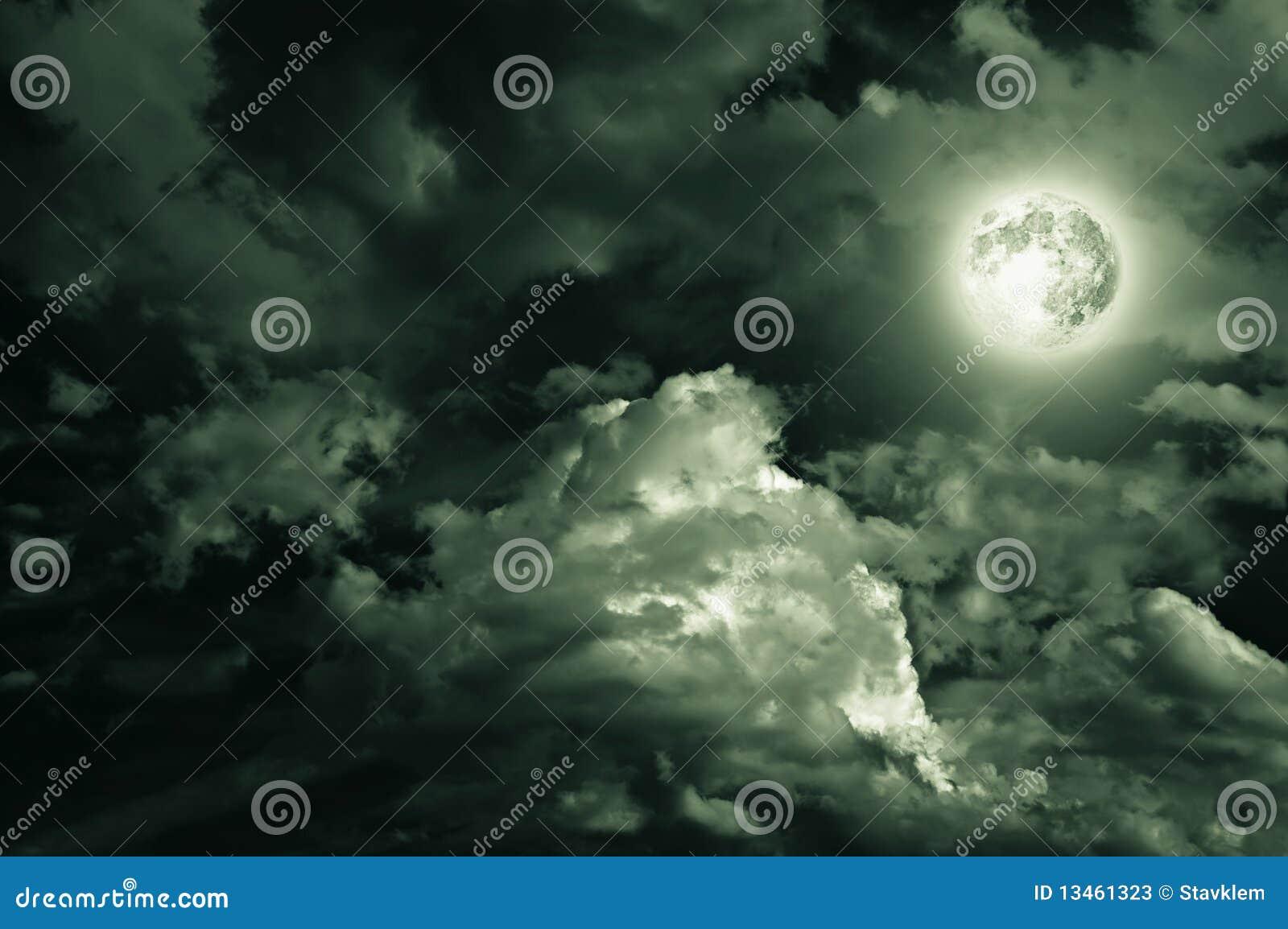 Luna mágica sobre las nubes