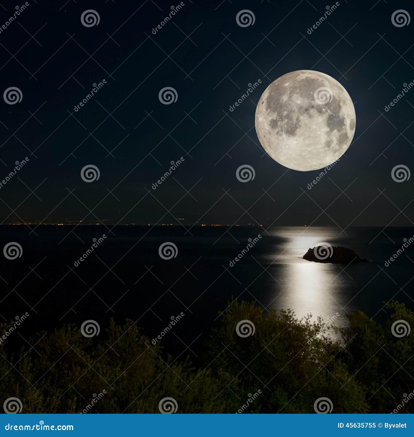 Luna Piena E Luce Della Luna Sul Mare Di Notte Immagine Stock