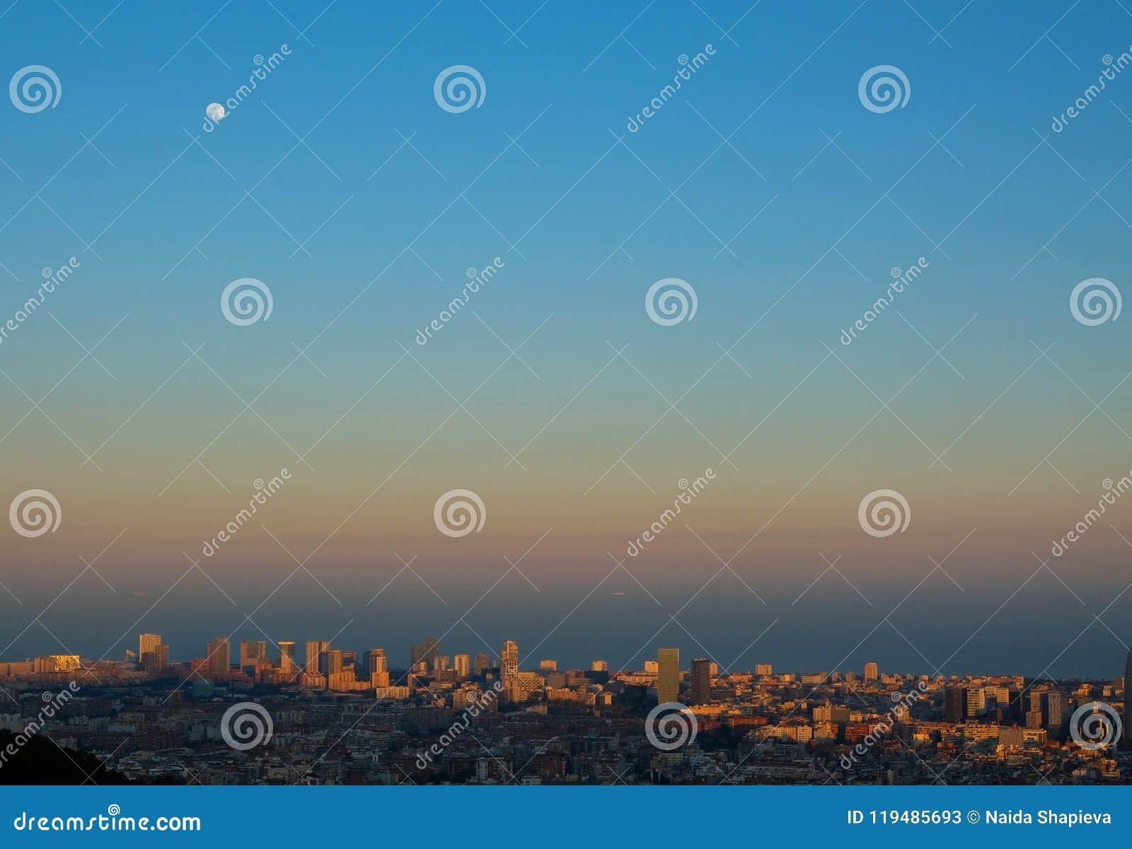 Luna piena nell ambito di paesaggio urbano di Barcellona