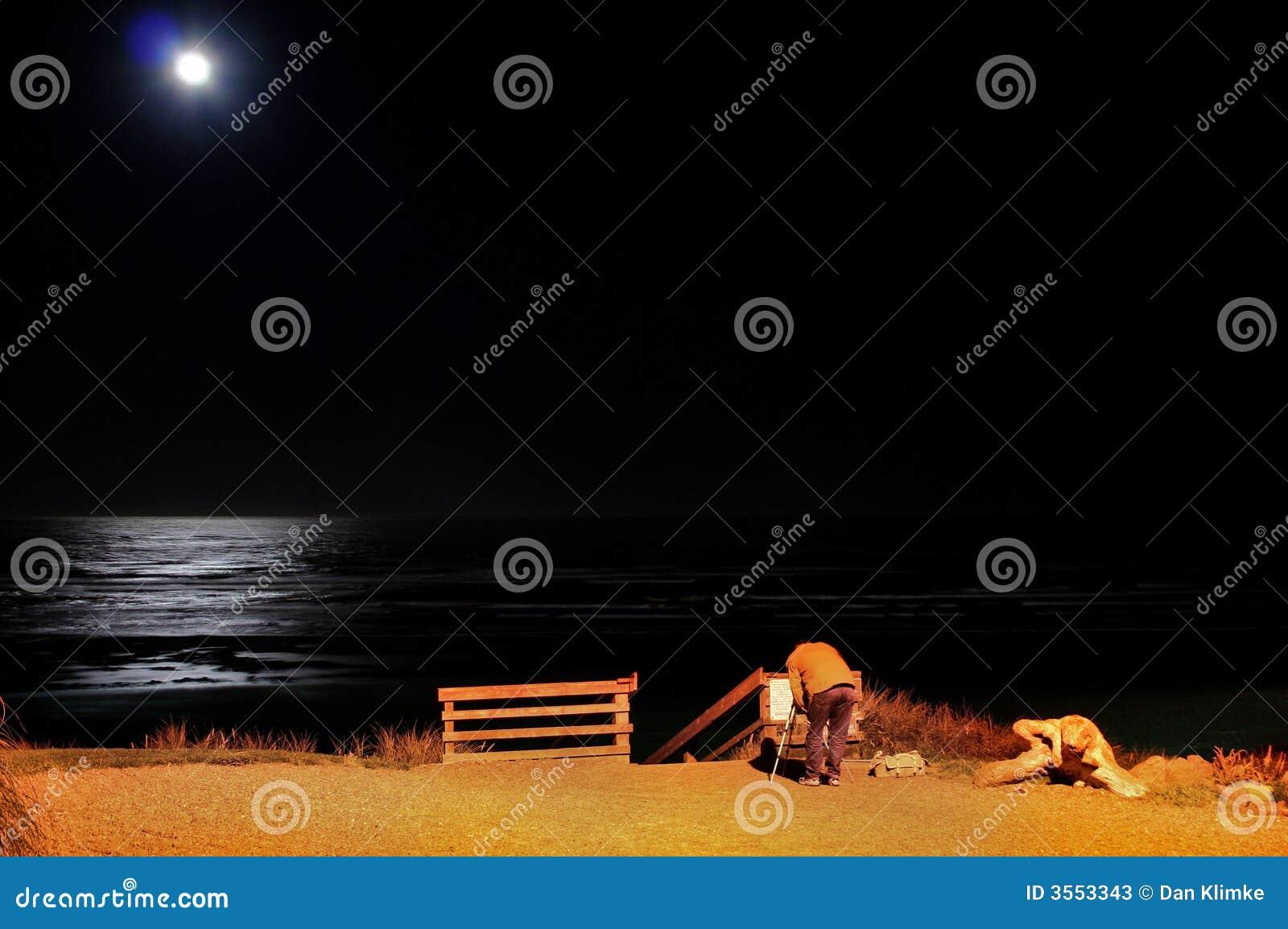 Luna piena sopra la spiaggia di Newport